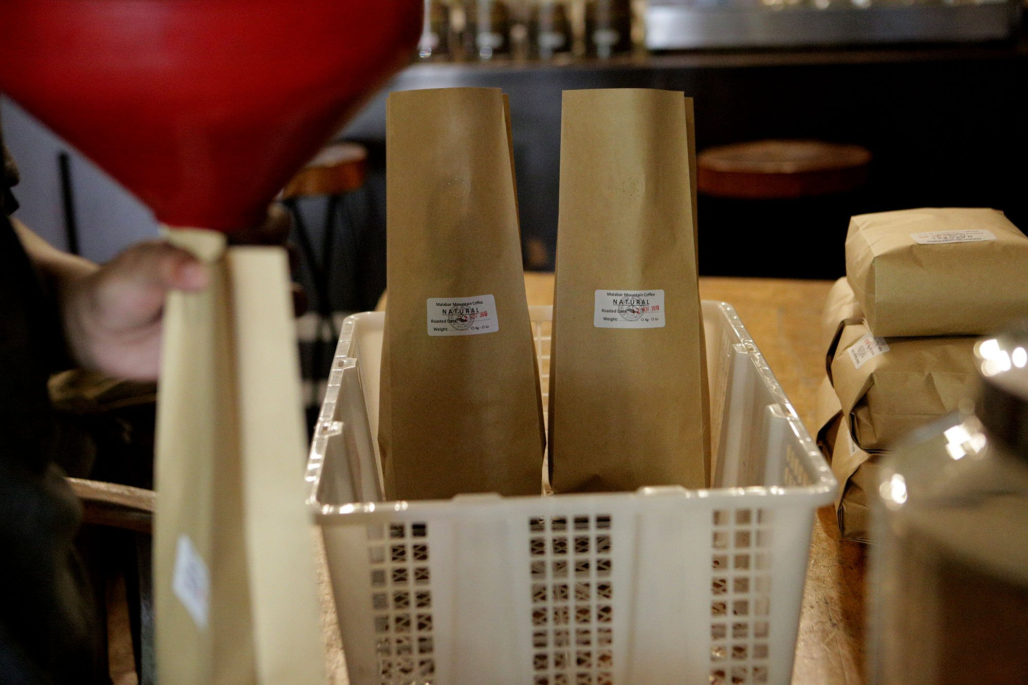 Proses pengemasan kopi yang telah diolah di di warung kopi Malabar Mountain Coffee, Bogor, (13/11/2019).