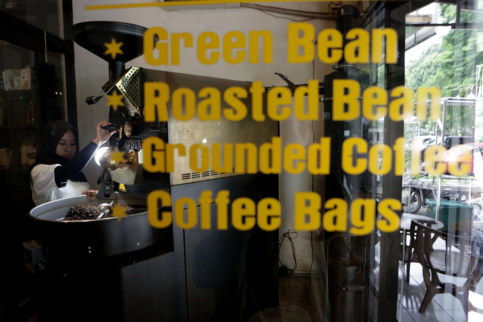 Proses penyanggraian atau roasting biji kopi merupakan hal penting yang mempengaruhi kualitas minuman pahit tersebut di Malabar Mountain Coffee, Bogor, (13/11/2019).