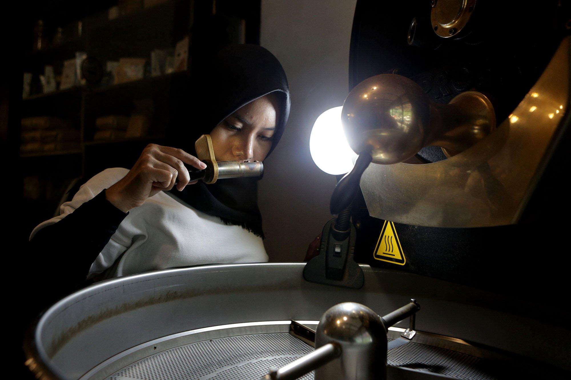Seorang pekerja mengawasi proses proses roasting atau penyanggraian biji kopi dengan menggunakan mesin di Malabar Mountain Coffee, Bogor, (13/11/2019).