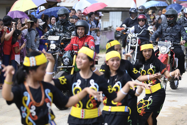 Disela-sela perjalanan Jokowi melewati kerumunan warga yang yang menyambutnya dengan tarian khas daerah
