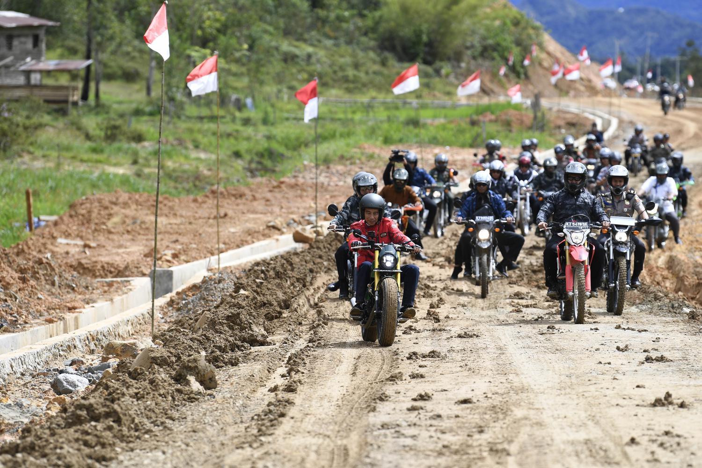 Kunjungan kerja Presiden ke Kabupaten Nunukan diantaranya untuk meninjau proyek jalan Trans Kalimantan, program padat karya, dan meninjau Pos Lintas Batas Negara Indonesia-Malaysia.