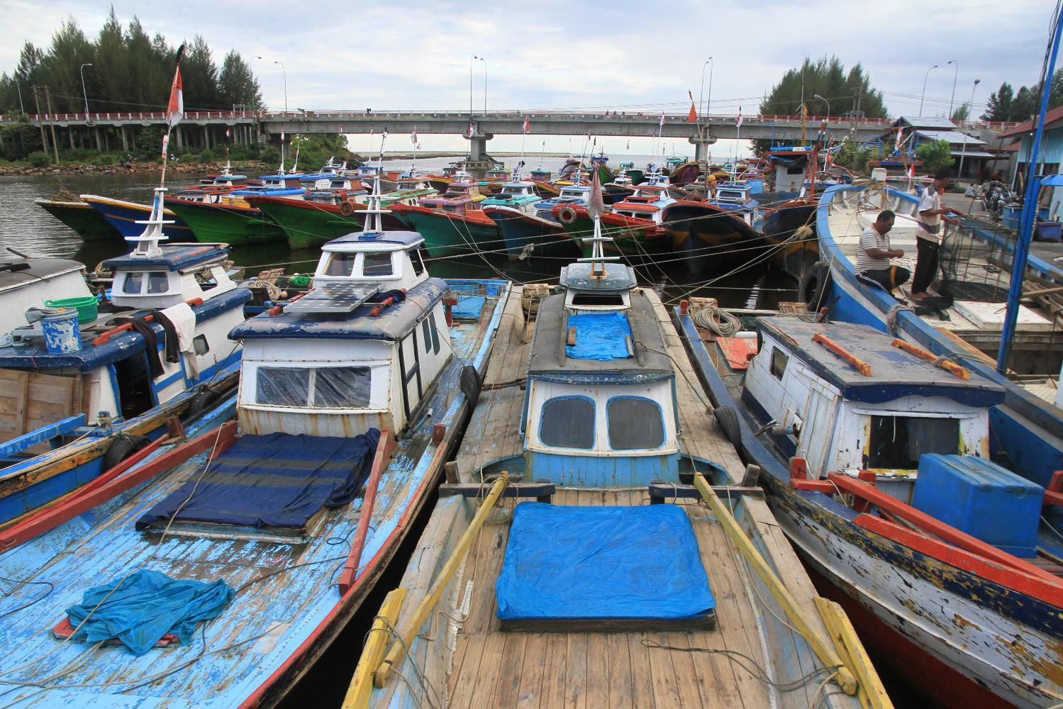Puluhan kapal nelayan ditambatkan di Pelabuhan Kuala Bubon, Kecamatan Samatiga, Aceh Barat, Aceh, Rabu (25/12/2019). Hukum adat laut Aceh telah menetapkan pantangan dan larangan melaut pada hari peringatan tsunami 26 Desember untuk mengenang dan memperingati peristiwa tsunami di Aceh.