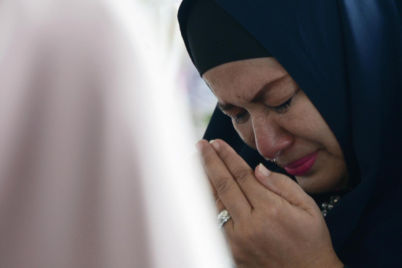 Warga menangis saat mengikuti zikir dan doa bersama di Masjid Syeikh Abdurrauf, Desa Punge Blang Cut, Banda Aceh, Aceh, Kamis (26/12/2019). Zikir dan doa bersama di sejumlah masjid itu dalam rangka memperingati 15 tahun bencana gempa dan Tsunami Aceh yang sekaligus dilanjutkan dengan salat khusuf Gerhana Matahari.