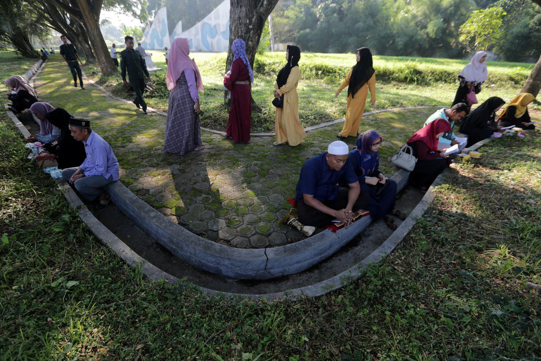 Warga memadati kuburan massal Siron untuk berziarah pada peringatan 15 tahun bencana gempa dan tsunami Aceh di Aceh Besar, Aceh, Kamis (26/12/2019). Peringatan 15 tahun bencana gempa dan tsunami (26 Desember 2004-26 Desember 2019) di Provinsi Aceh mengangkat tema