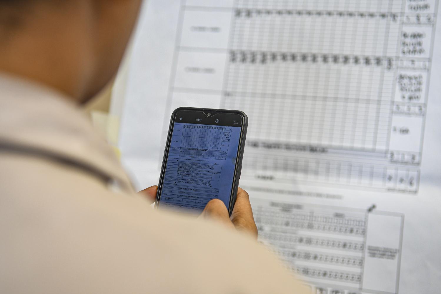Petugas KPU melakukan simulasi pengisian formulir hasil penghitungan suara di tingkat TPS di KPU Pusat , Jakarta, Selasa (7/1/2020). Simulasi tersebut dilakukan dalam rangka penerapan rekapitulasi elektronik pada pemilihan umum 2020.