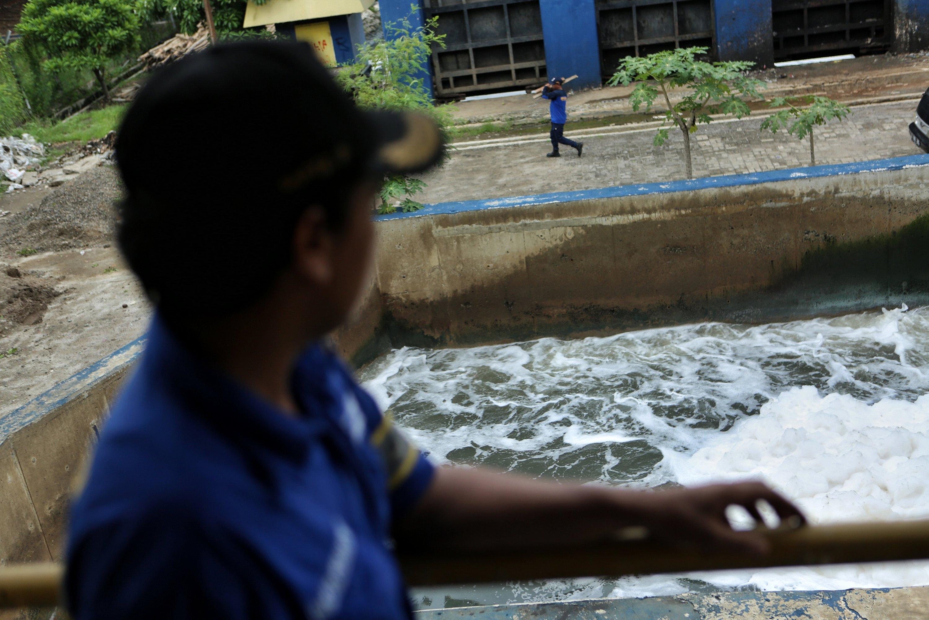 Petugas Dinas Sumber Daya Air (SDA) Aliran Timur menyiapkan pompa air di rumah pompa di Kawasan Ancol, Pademangan, Jakarta Utara, Rabu (8/1/2020). Menindaklanjuti informasi dari Badan Meteorologi, klimatologi dan Geofisika (BMKG) yang memprediksi terjadi pasang maksimum di daerah pesisir Jakarta Utara pada 9 sampai 11 Januari, Dinas SDA Aliran Timur menyiagakan 26 rumah pompa air yang di lengkapi dengan 48 unit pompa dengan kapasitas buang 447,1 m3 per menin untuk mengantisipasi banjir rob.