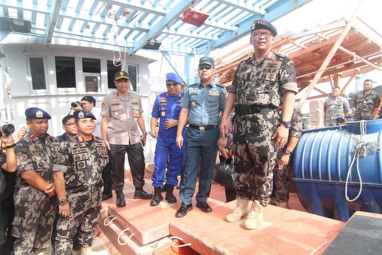 Edhy menyampaikan apresiasi dan rasa bangga kepada aparat dari Ditjen Pengawasan Sumber daya Kelautan dan Perikanan-KKP yang telah dengan sabar, sigap dan tegas, dalam menghadapi provokasi dan perlawanan dari kapal-kapal ikan asing berbendera Vietnam tersebut.