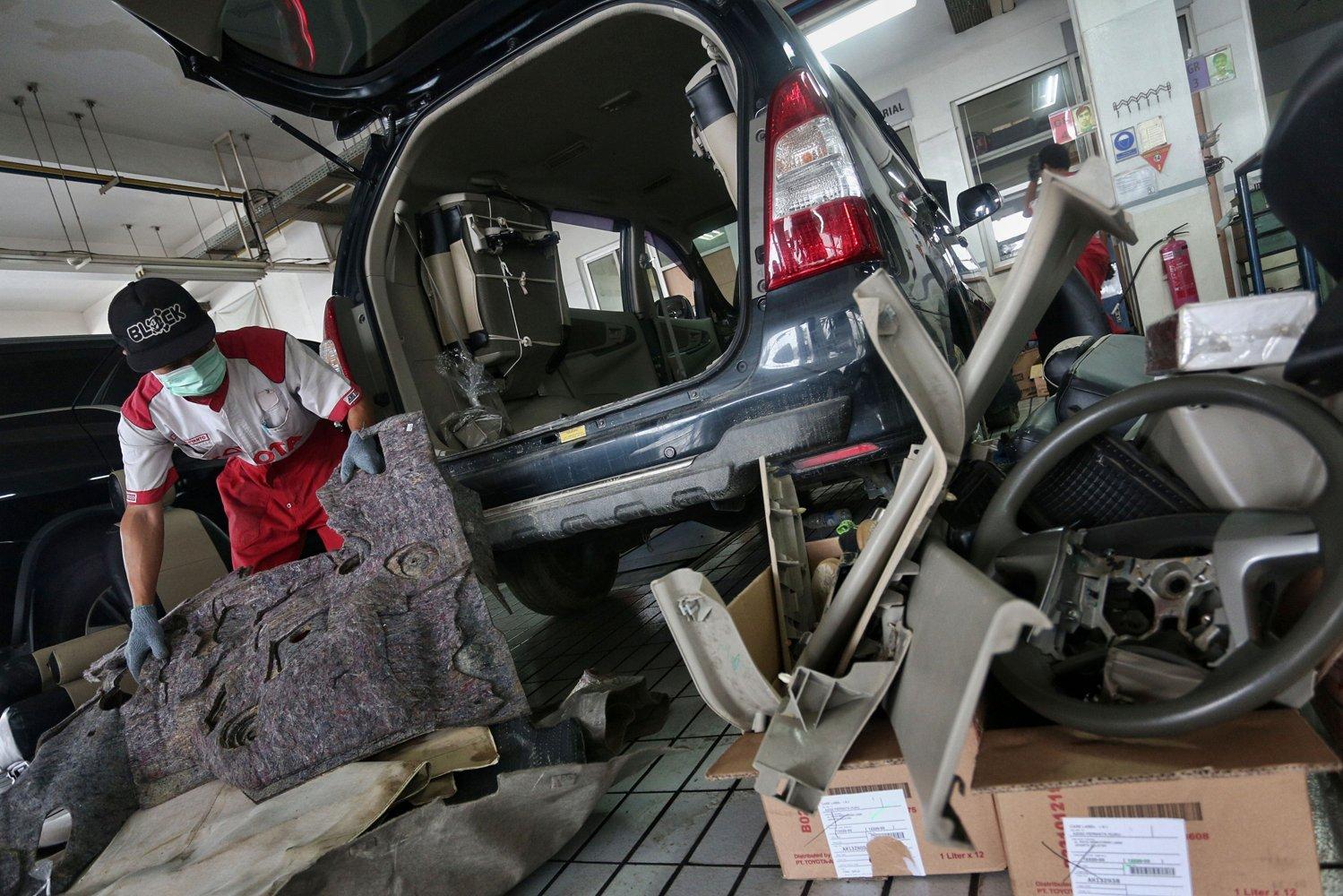 Petugas menyelesaikan perbaikan mobil yang terkena banjir di bengkel Auto2000 Permata Hijau, Jakarat, Senin (6/1/2020). Pasca banjir yang melanda kawasan tersebut pada 1 - 3 Januari, tercatat 40 mobil silih bergantian memasuki bengkel untuk diperbaiki.