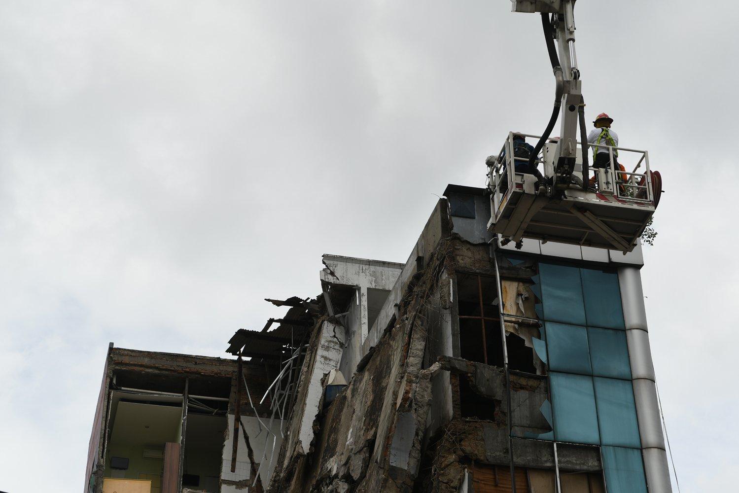 Anggota Dinas Penanggulangan Kebakaran dan Penyelamatan Provinsi DKI Jakarta bersama anggota Basarnas bersiap melakukan evakuasi terhadap bangunan yang ambruk di Jalan Brigjen Katamso, Kota Bambu Selatan, Palmerah, Jakarta Barat, Senin (6/1/2020).