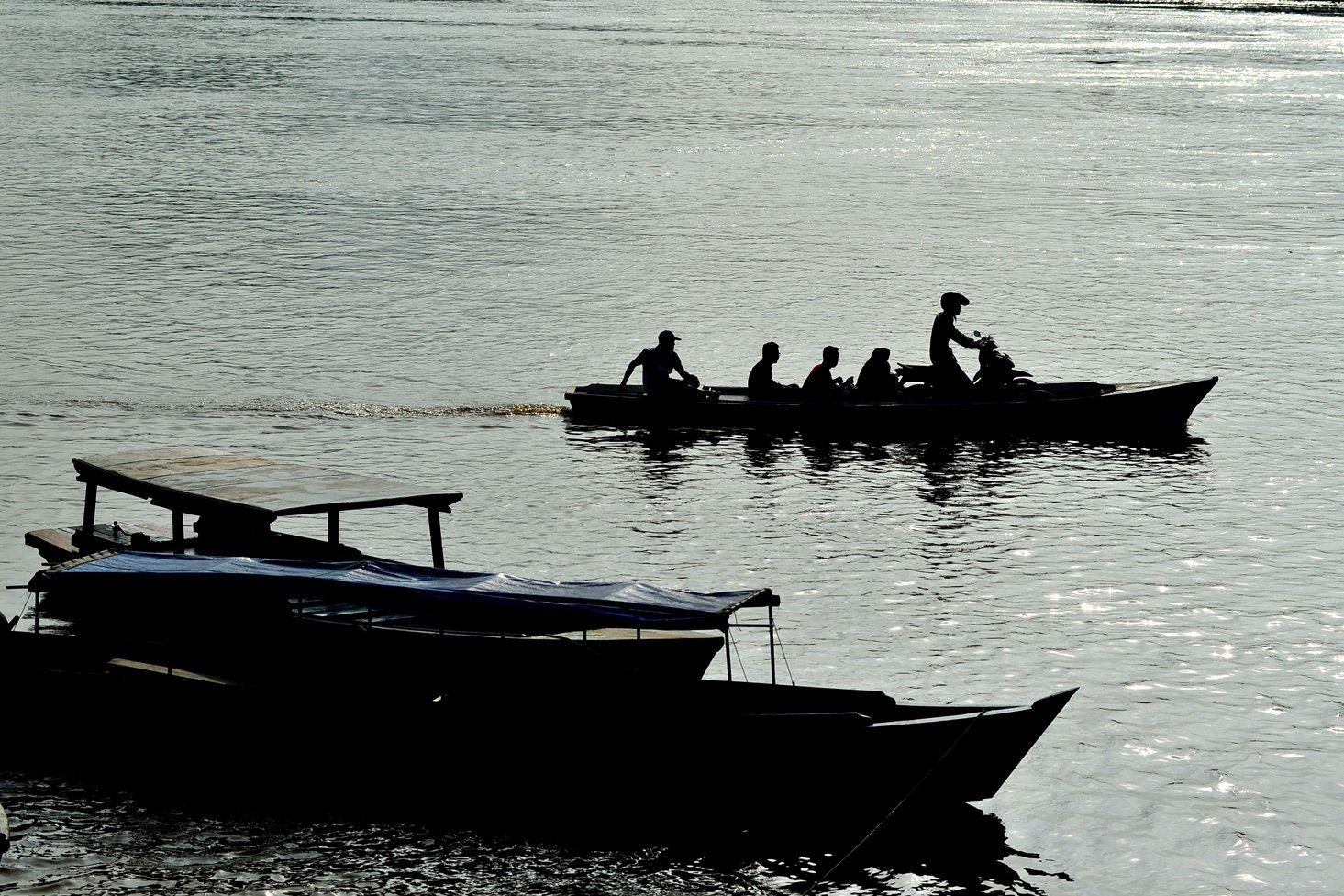 Warga menggunakan jasa perahu motor untuk menyeberangi Sungai Batanghari dari Seberang Kota Jambi menuju Kota Jambi, Jambi, Kamis (9/1/2020). Warga setempat biasa memanfaatkan jasa perahu penyeberangan orang dan sepeda motor melintasi Sungai Batanghari dari Kota Jambi menuju Seberang Kota Jambi dan sebaliknya dengan tarif mulai Rp3 ribu sampai Rp10 ribu untuk sekali menyeberang.