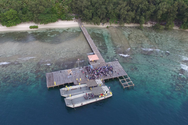 Foto aerial WNI ABK World Dream berjalan setibanya di Pulau Sebaru Kecil untuk menjalani observasi di Kepulauan Seribu, Jakarta, Jumat (28/2/2020).