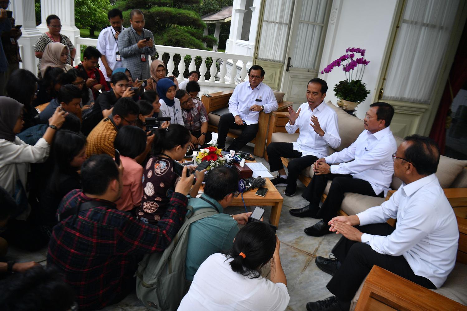 Presiden Joko Widodo (ketiga kanan) didampingi Menteri Kesehatan Terawan Agus Putranto (kedua kanan), Menseskab Pramono Anung (keempat kanan) dan Mensesneg Pratikno (kanan) menyampaikan konferensi pers terkait virus corona di Istana Merdeka, Jakarta, Senin (2/3/2020). Presiden menyatakan 2 orang WNI yaitu seorang ibu dan anak di Indonesia telah positif terkena corona setelah berinteraksi dengan Warga Negara Jepang yang berkunjung ke Indonesia.