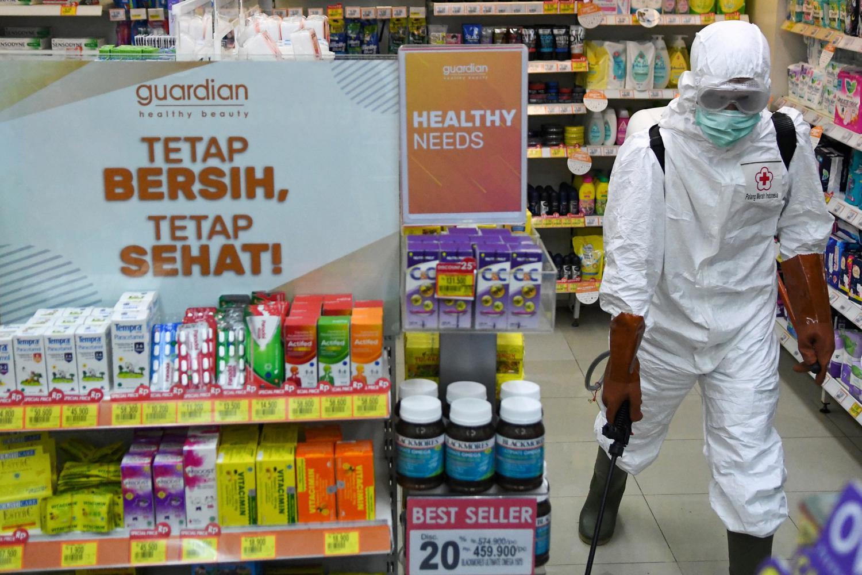 Petugas Palang Merah Indonesia (PMI) melakukan penyemprotan cairan disinfektan pada salah satu stan di pusat perbelanjaan Sarinah, Jakarta Pusat, Selasa (17/3/2020). PMI melakukan penyemprotan disinfektan di sejumlah tempat seperti pasar, perkantoran, ter