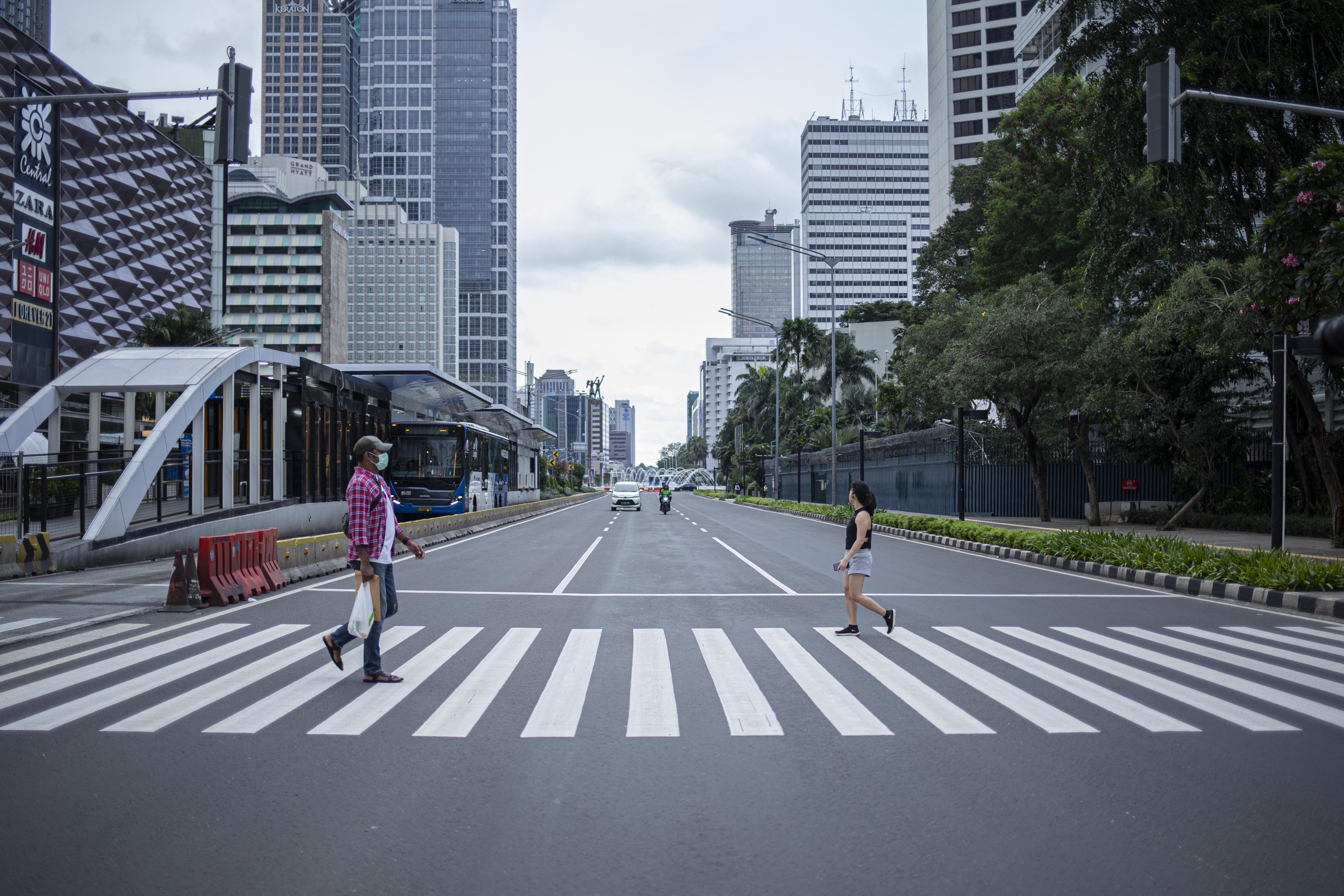 Pejalan kaki menyembar di Jalan Sudirman, Jakarta Pusat.