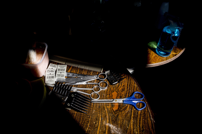 Sejumlah alat yang di bawa tukang cukur panggilan di halaman rumah pelanggan di Gang Poncol, Cimanggis, Kota Depok, Rabu (29/4/2020). Penerapan Pembatasan Sosial Berskala Besar (PSBB) Kota Depok membuat pelaku usaha cukur rambut tersebut menerima jasa panggilan ke rumah dengan menggunakan APD sebagai upaya pencegahan virus korona (Covid-19).