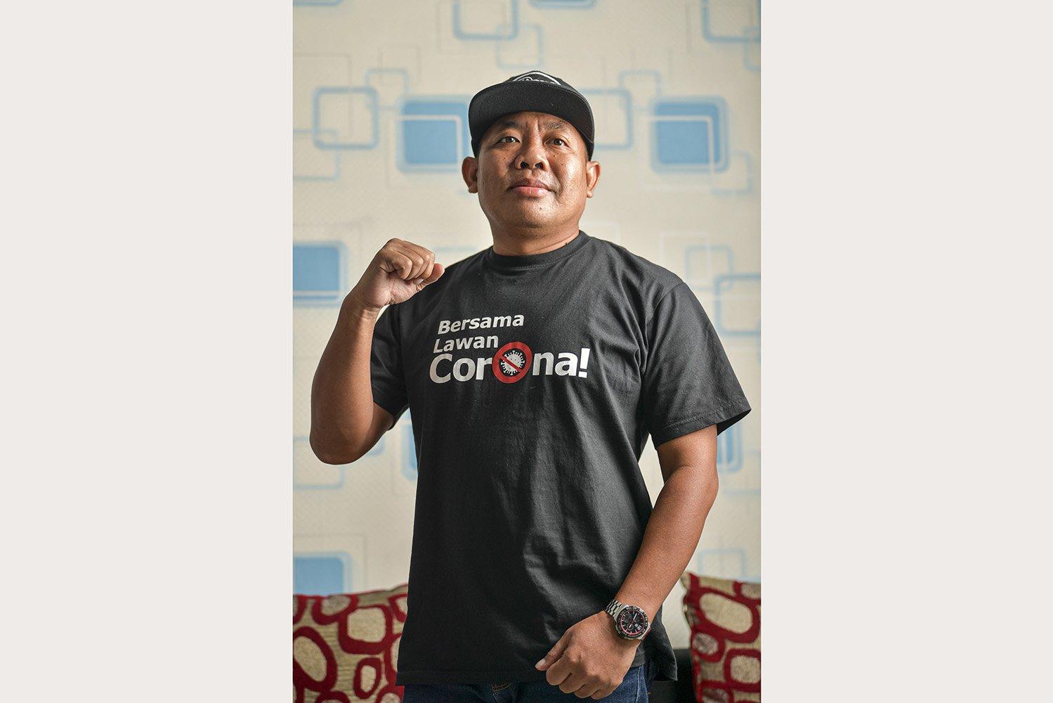 Arif Rahman Hakim (50) berpose di kediamannya di Bekasi, Jawa Barat. Pasien 01 Kota Bekasi tersebut menjalani perawatan di RS Mitra Keluarga, Bekasi Timur, sejak (10/3) hingga (30/3) dan dinyatakan negatif setelah dua kali tes swab.\r\n