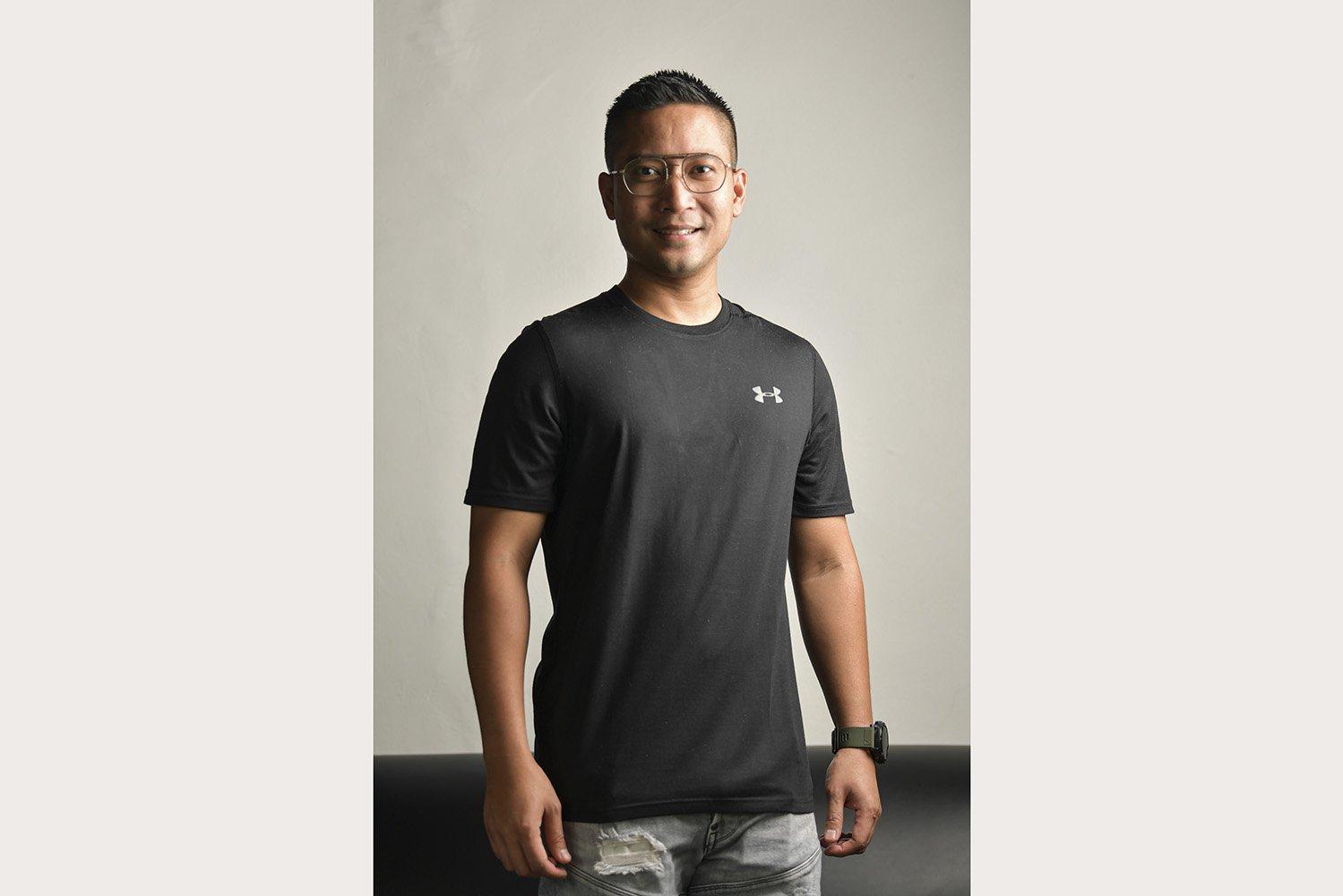Artis Detri Warmanto (34) berpose di kediamannya di Jakarta. Menantu Menpan RB tjahjo Kumolo tersebut meyakini bahwa COVID-19 bisa disembuhkan oleh diri sendiri melalui imun tubuh meskipun vaksinnya belum ditemukan.\r\n\r\n