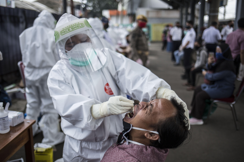 Petugas medis melakukan tes Swab COVID-19 kepada penumpang KRL Commuter Line di Stasiun Bojong Gede, Bogor, Jawa Barat, Senin (11/5). Tes swab tersebut dilakukan kepada 200 calon penumpang KRL secara acak sebagai salah satu langkah untuk mendeteksi dan mencegah penyebaran virus COVID-19 di transportasi umum.