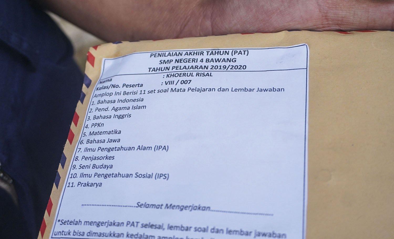 Amplop berkas lembar tugas siswa milik Khoerul Risal yang diantarkan langsung oleh guru di rumahnya di Pranten, Kecamatan Bawang, Kabupaten Batang, Jawa Tengah.