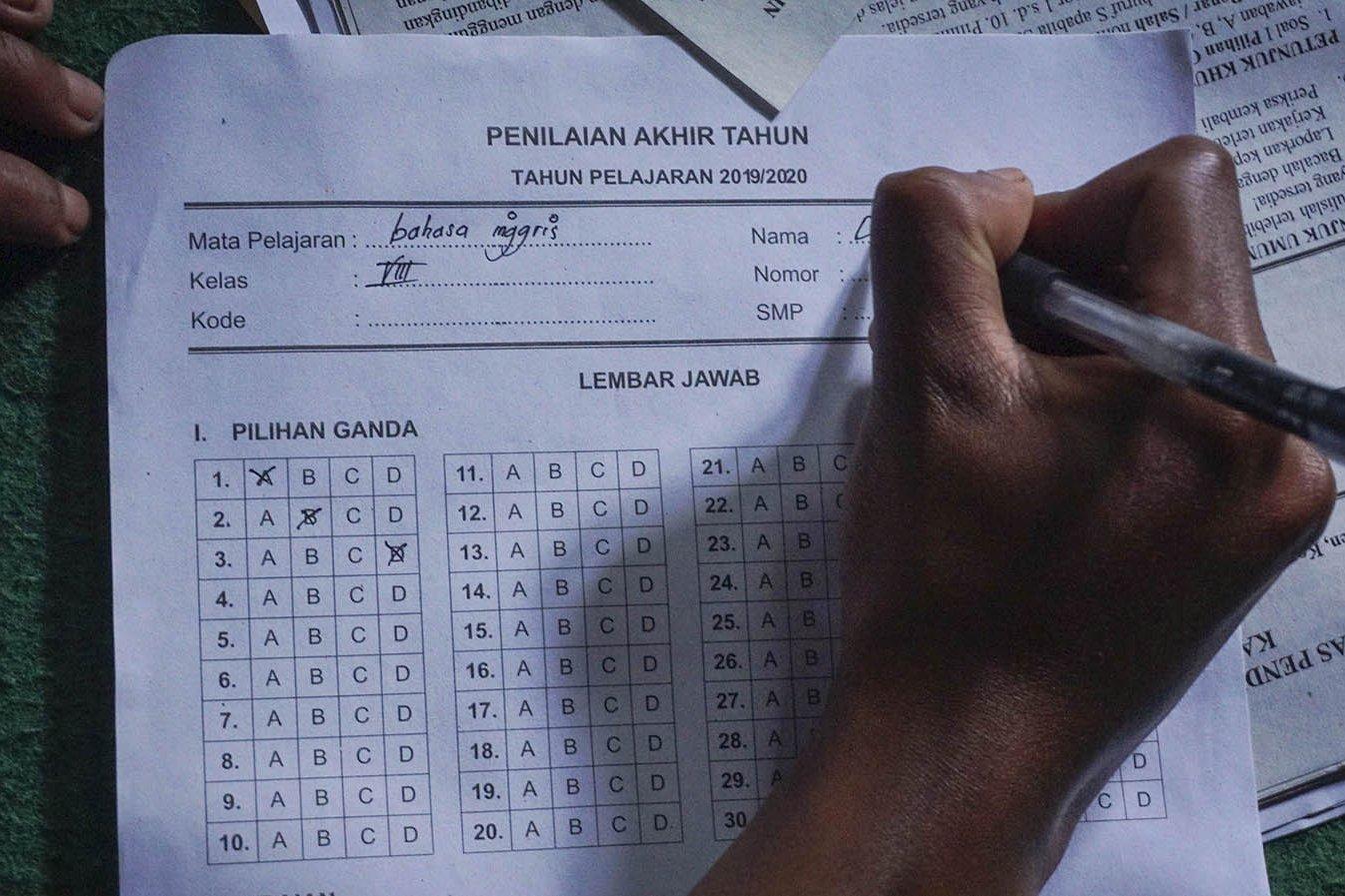 Siswa SMP N 4 Bawang, Dani Difanudin, mengerjakan tugas sekolah di rumahnya di Pranten, Kecamatan Bawang, Kabupaten Batang, Jawa Tengah.\r\n\r\n