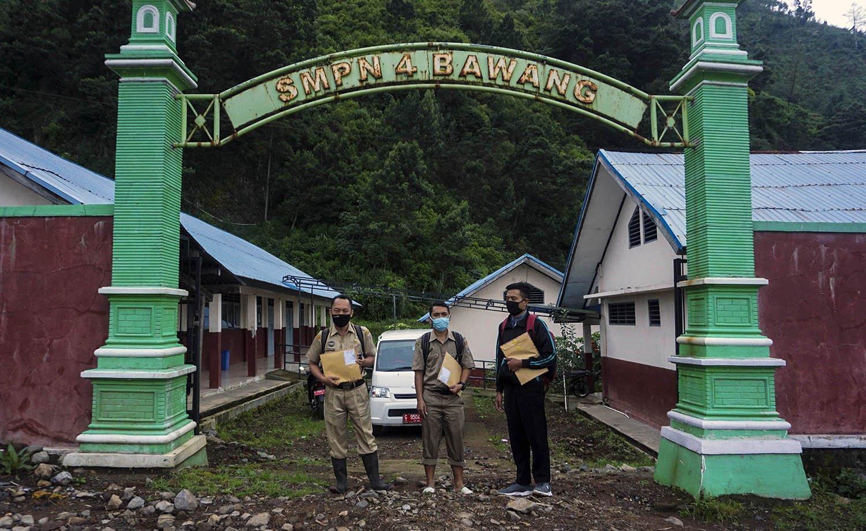Kepala Sekolah SMP N 4 Bawang Mulud Sugito (kiri) dan guru Wiyata Bhakti bersiap mengantarkan lembar tugas langsung ke rumah siswa di SMP Negeri 4 Bawang, Kabupaten Batang, Jawa Tengah.