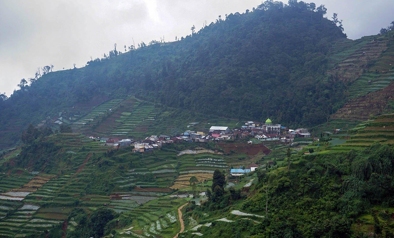 Suasana lokasi perkampungan salah satu siswa SMP N 4 Bawang yang terlihat dari SMP N 4 Bawang di Pranten, Kecamatan Bawang, Kabupaten Batang, Jawa Tengah.