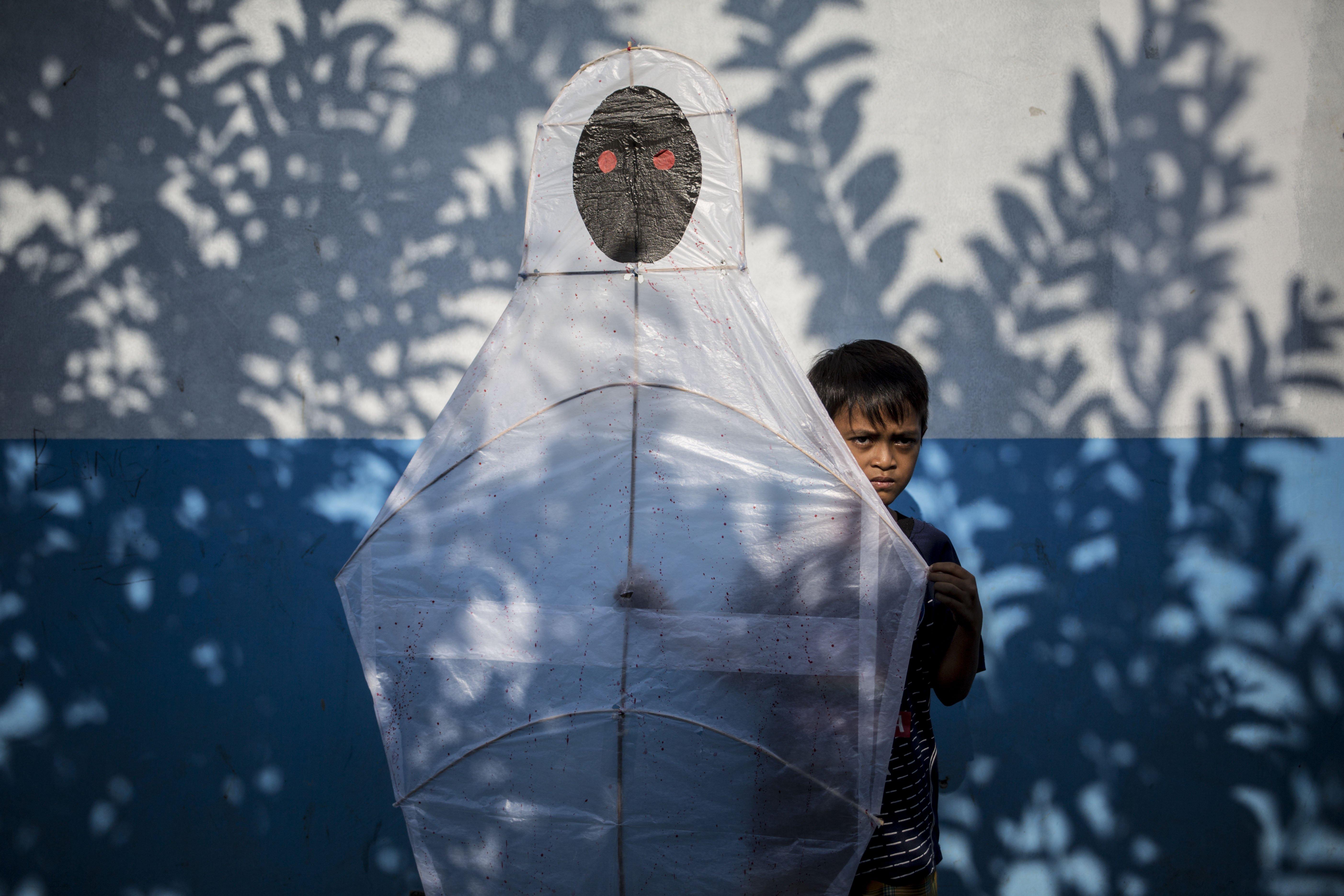 Bilah (9) memperlihatkan layang-layang di Kawasan Gandaria, Depok, Jawa Barat, (1/7/2020). Ditengah libur sekolah akibat pendemi, sejumlah anak-anak di kawasan Gandaria mengisi waktu luang dengan membuat layang-layang berbentuk pesawat, kuntilanak dan pocong.