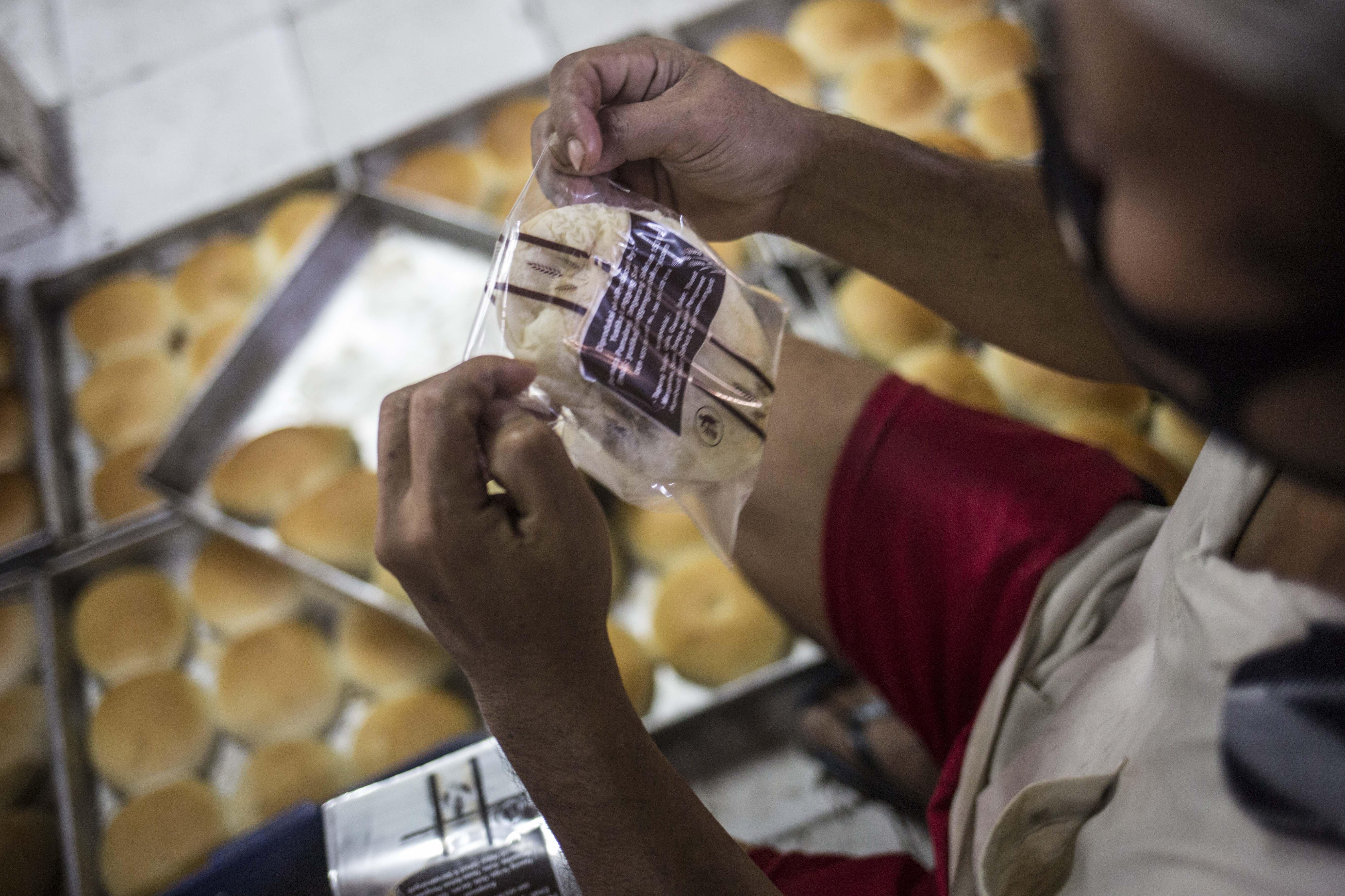 Pekerja menyelesaikan pembuatan roti skala rumahan di kawasan Bendungan Hilir, Jakarta, Rabu (1/7/2020). Menurut pekerja sebelum pandemi Covid-19 mereka mampu membuat hingga 4.000-5.000 roti per hari, namun saat ini pembuatan hanya 1.000 roti per hari karena masih banyaknya warga yang beraktivitas dirumah dan mengakibatkan penurunan omset.