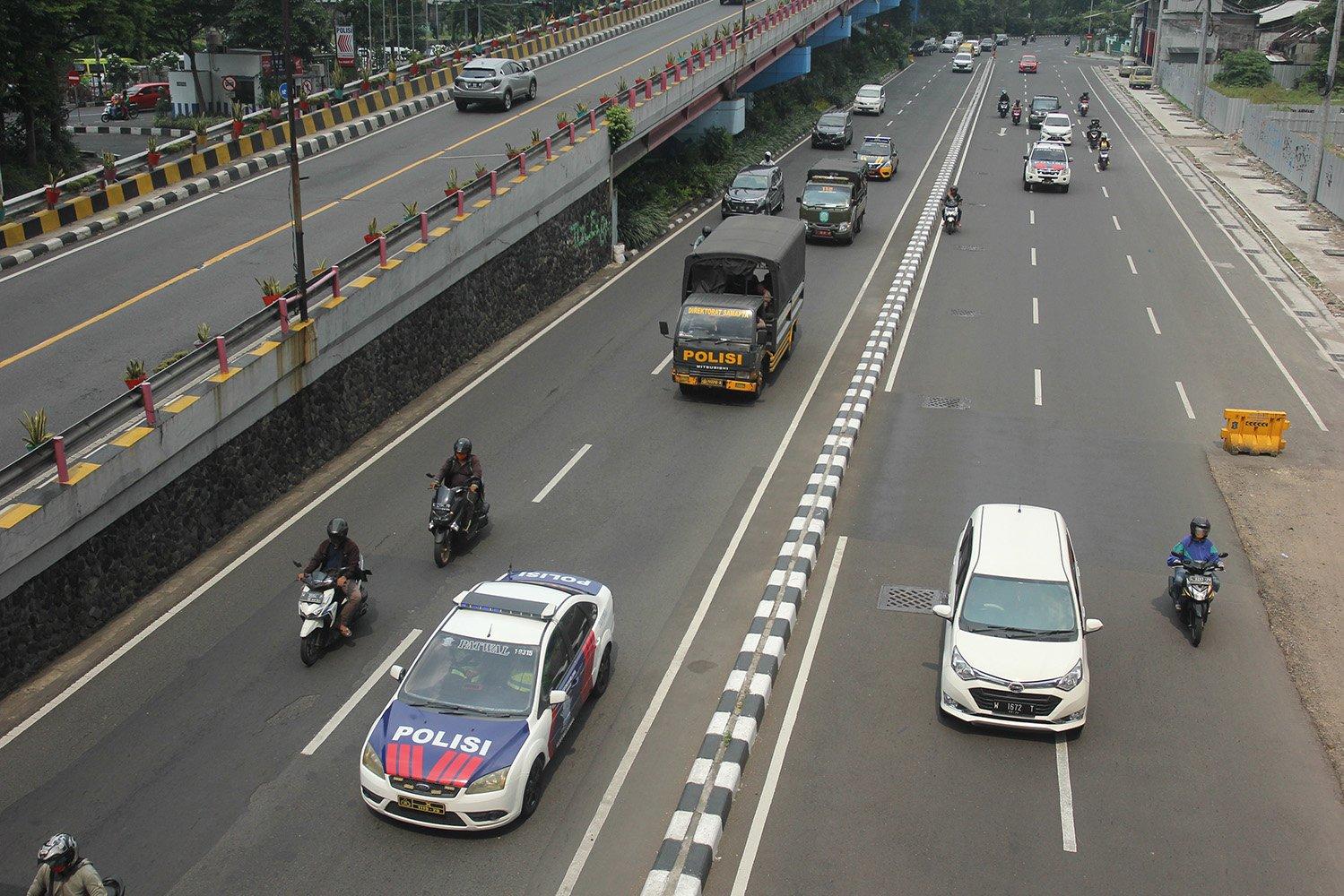 Petugas gabungan melakukan patroli PSBB di Surabaya, Jawa Timur.