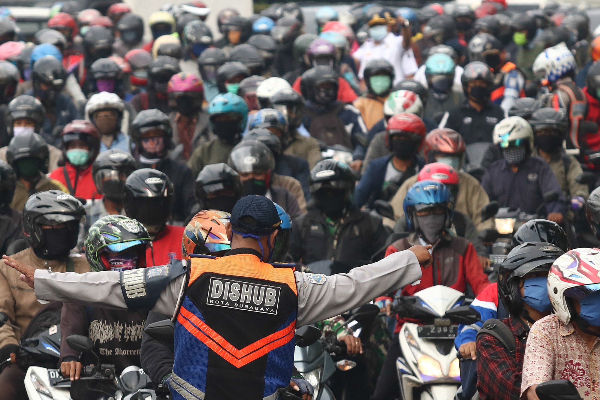 Petugas gabungan melakukan penyekatan saat Pembatasan Sosial Berskala Besar (PSBB) Tahap III di Bundaran Waru, Surabaya, Jawa Timur.