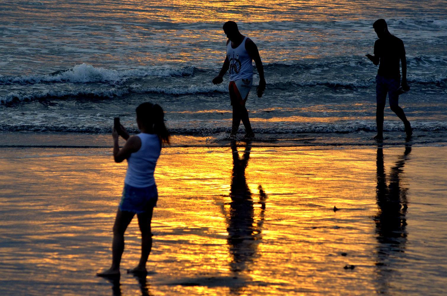 Wisatawan mengunjungi kawasan Pantai Kuta, Badung, Bali, Kamis (9/7/2020). Pengelola Pantai Kuta mulai membuka kembali kawasan yang merupakan salah satu destinasi pariwisata utama di Pulau Dewata tersebut setelah sebelumnya sempat ditutup selama lebih dar