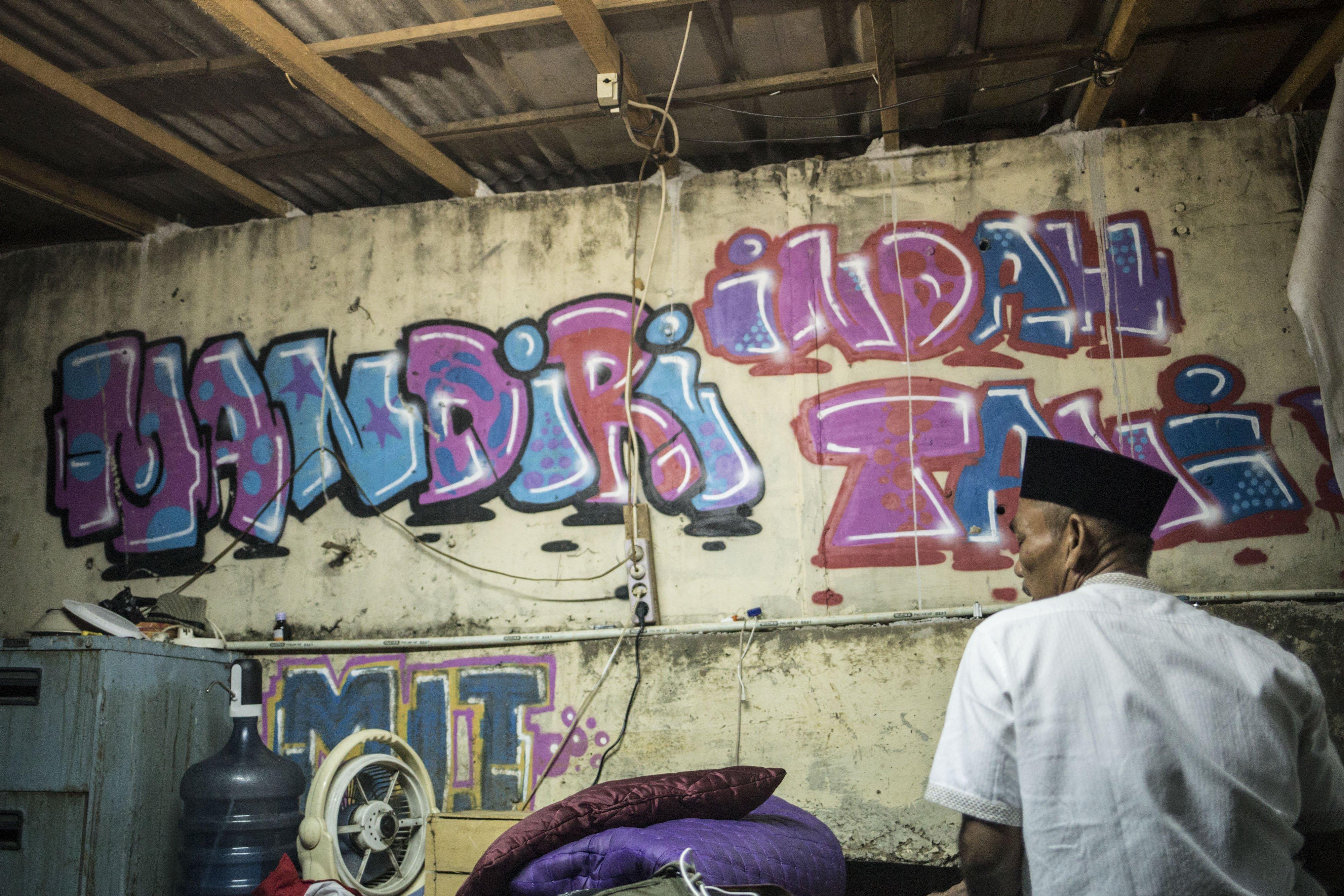 Andi (50) beribadah di bantaran Sungai Ciliwung, Petamburan, Jakarta Pusat, Minggu (12/7/2020). Selama enam tahun ia memanfaatkan lahan bantaran kali Ciliwung untuk bertani bersama kelompok Mandiri Indah Tani sebagai upaya memenuhi kebutuhan hidup diatas keterbatasan lahan dan kemampuan.
