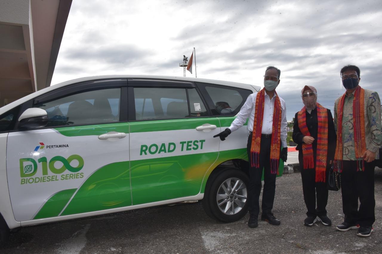 Menteri Perindustrian Agus Gumiwang Kartasasmita (kiri) bersama Direktur Utama Pertamina Nicke Widyawati (tengah) dalam peluncuran produk D-100 yang merupakan BBM ramah lingkungan dari 100% pengolahan CPO.