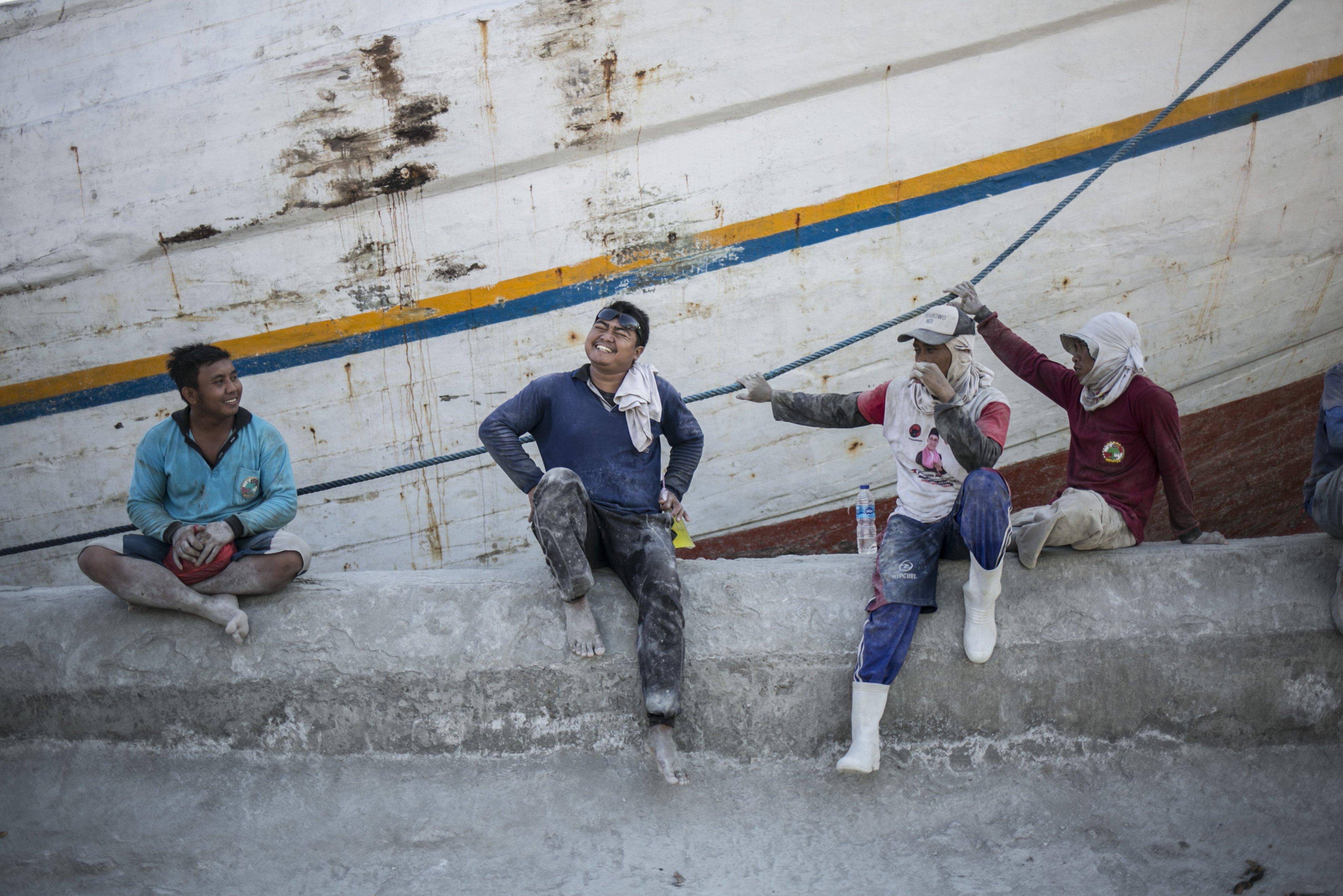 Para pekerja angkut barang beristirahat di sela-sela pekerjaan di Pelabuhan Sunda Kelapa, Jakarta Utara, Senin (27/7/2020). Aktivitas di Pelabuhan Sunda Kelapa berangsur normal seperti biasa walaupun di tengah pandemi virus Corona (COVID-19).