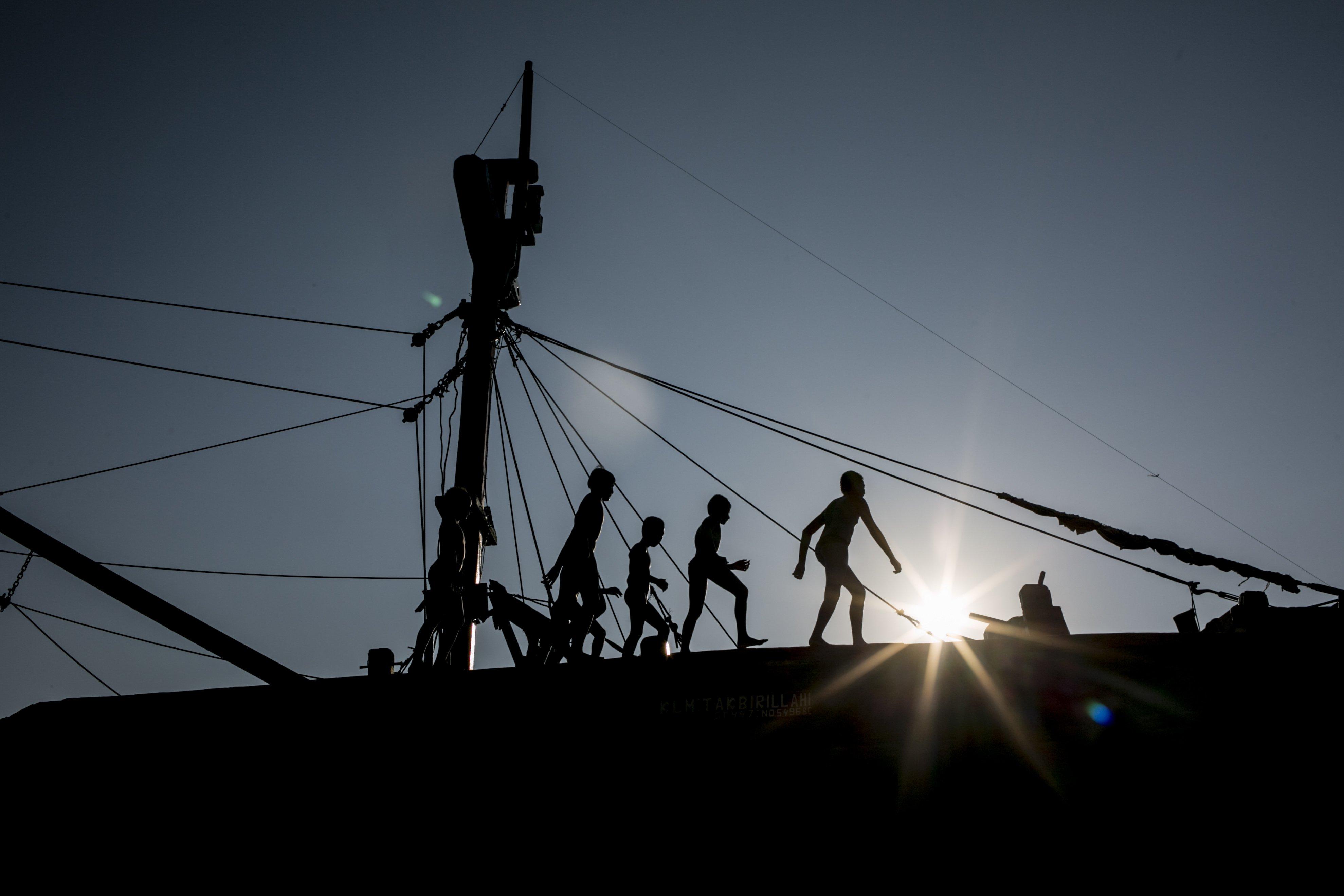 Sejumlah anak berjalan di atas kapal di Kawasan Pelabuhan Suda Kelapa, Jakarta Utara, Senin (27/7/2020). Anak-anak ini menjadikan pelabuhan untuk tempat bermain dan mencari rejeki dari para pengunjung yang datang ke pelabuhan.