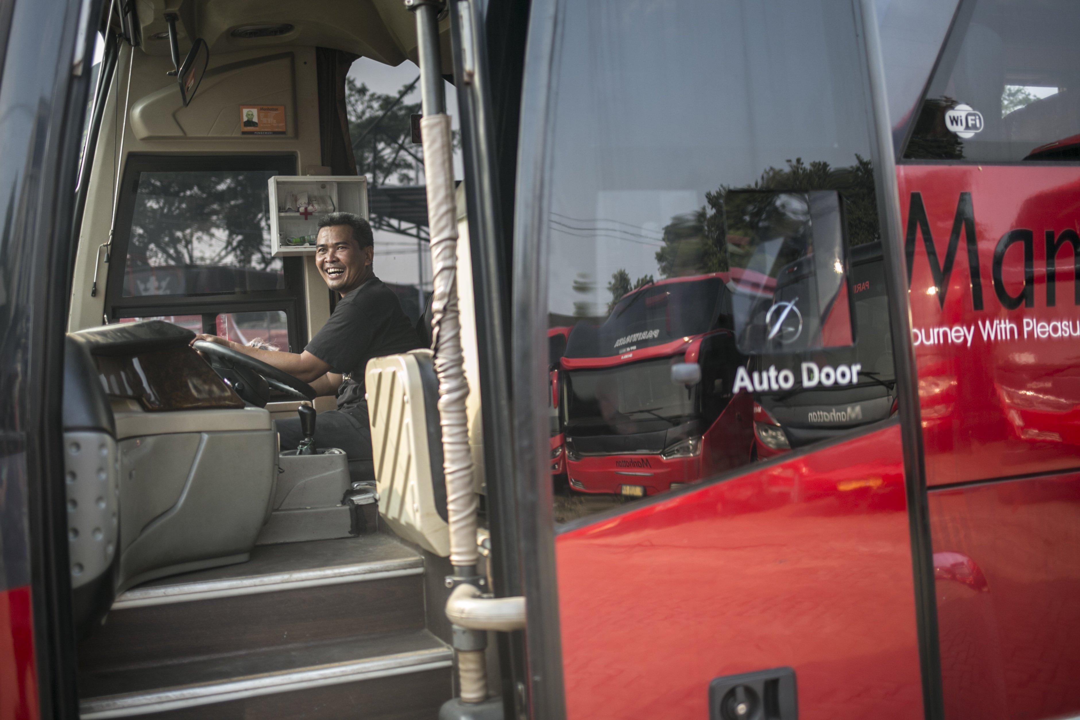 Mekanik memanaskan mesin bus di salah satu pool bus pariwisata di kawasan Tanjung Barat, Jagakarsa, Jakarta, Selasa (28/7/2020). Masih diberlakukannya Pembatasan Sosial Bersekala Besar (PSBB) dan penutupan tempat rekreasi akibat Covid-19, berimbas pada jasa transportasi pariwisata. Sejak bulan Maret pengelola mengaku mengalami penurunan pendapatan dan penyewaan bus hingga 80%.