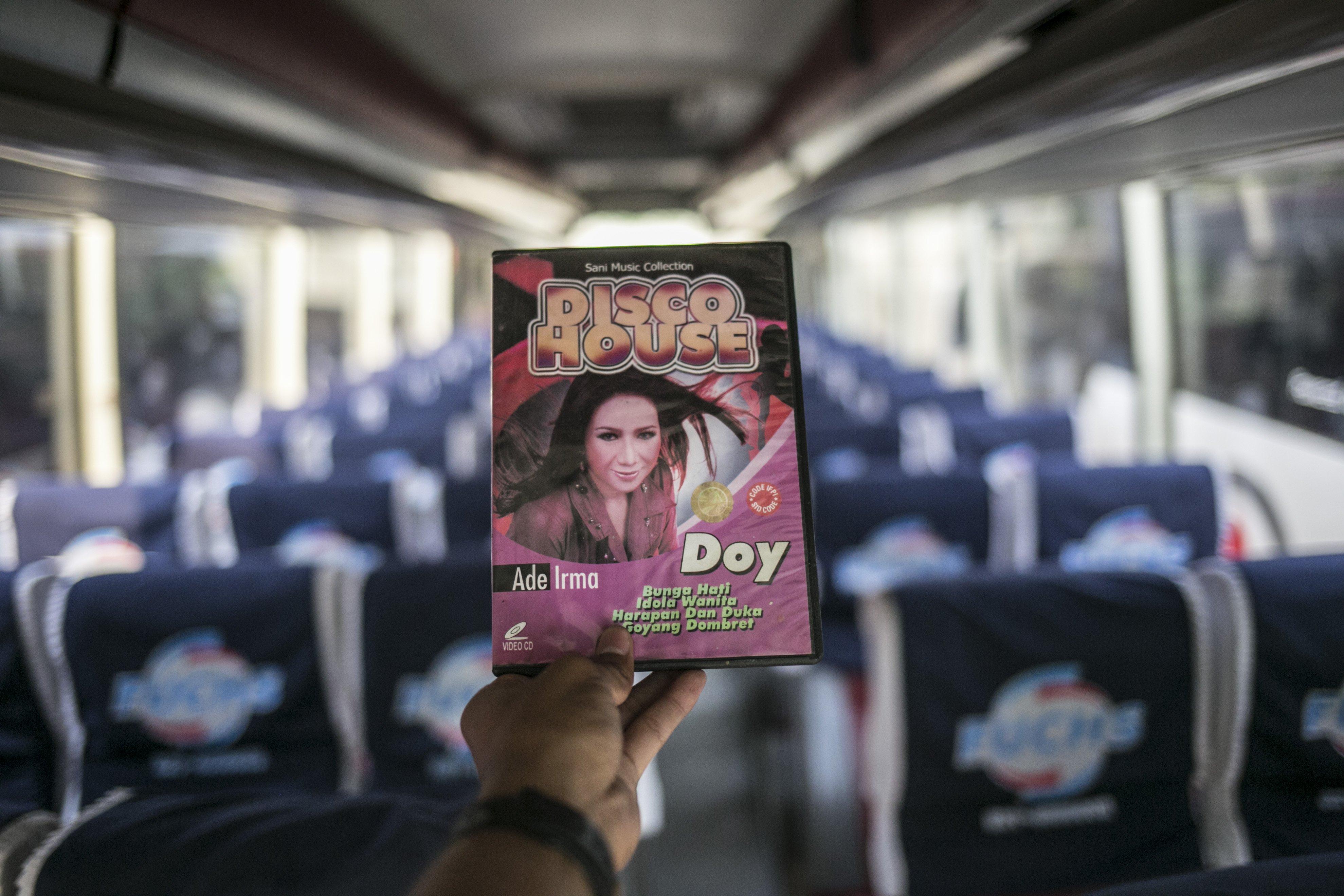 Kaset hiburan yang biasa di putar dalam berdalanan di salah satu pool bus pariwisata di kawasan Tanjung Barat, Jagakarsa, Jakarta, Selasa (28/7/2020). Masih diberlakukannya Pembatasan Sosial Bersekala Besar (PSBB) dan penutupan tempat rekreasi akibat Covid-19, berimbas pada jasa transportasi pariwisata. Sejak bulan Maret pengelola mengaku mengalami penurunan pendapatan dan penyewaan bus hingga 80%.