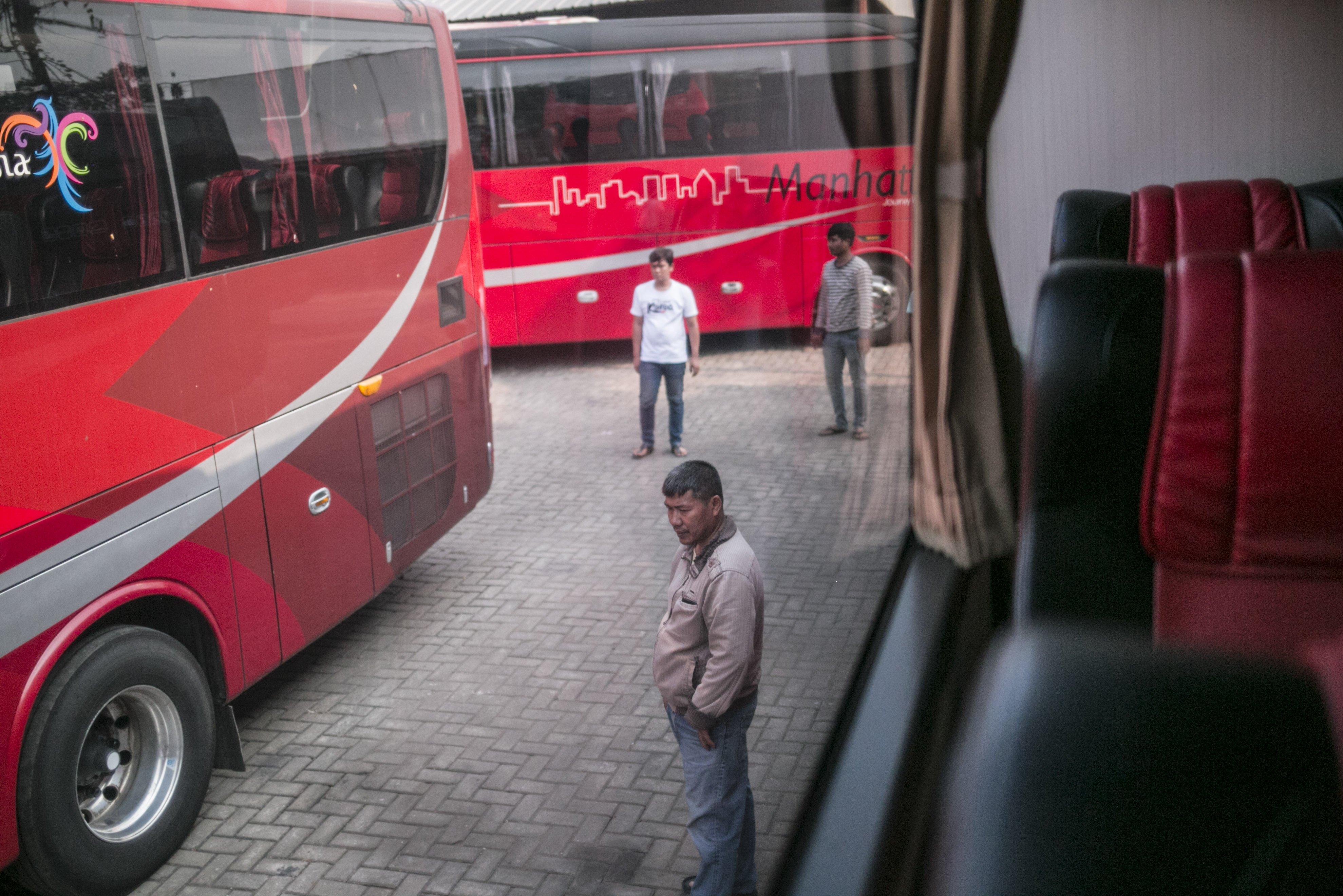 Potret para driver bus di salah satu pool bus pariwisata di kawasan Tanjung Barat, Jagakarsa, Jakarta, Selasa (28/7/2020). Masih diberlakukannya Pembatasan Sosial Bersekala Besar (PSBB) dan penutupan tempat rekreasi akibat Covid-19, berimbas pada jasa transportasi pariwisata. Sejak bulan Maret pengelola mengaku mengalami penurunan pendapatan dan penyewaan bus hingga 80%.