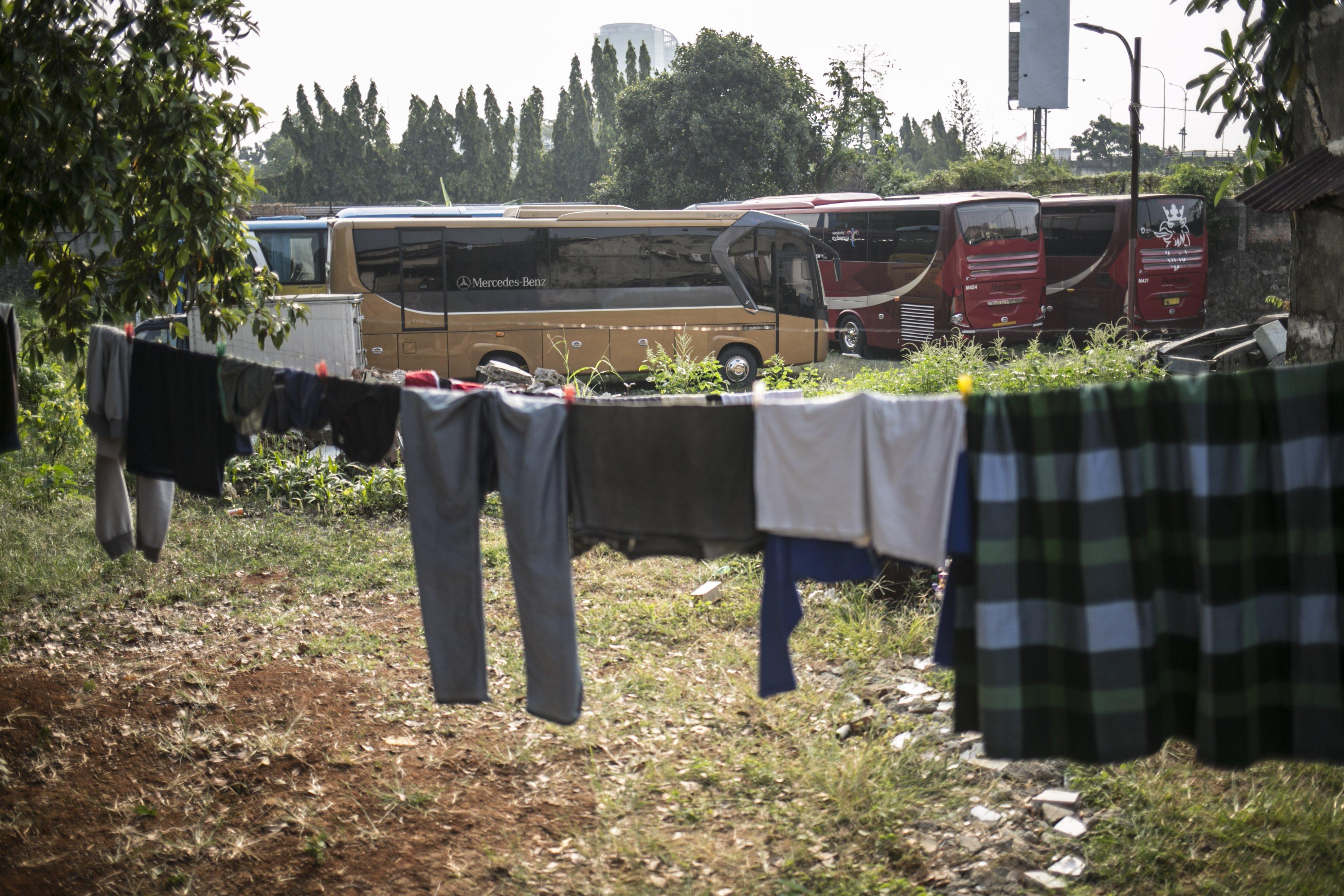 Sejumlah bus terparkir di salah satu pool bus pariwisata di kawasan Tanjung Barat, Jagakarsa, Jakarta, Selasa (28/7/2020). Masih diberlakukannya Pembatasan Sosial Bersekala Besar (PSBB) dan penutupan tempat rekreasi akibat Covid-19, berimbas pada jasa transportasi pariwisata. Sejak bulan Maret pengelola mengaku mengalami penurunan pendapatan dan penyewaan bus hingga 80%.