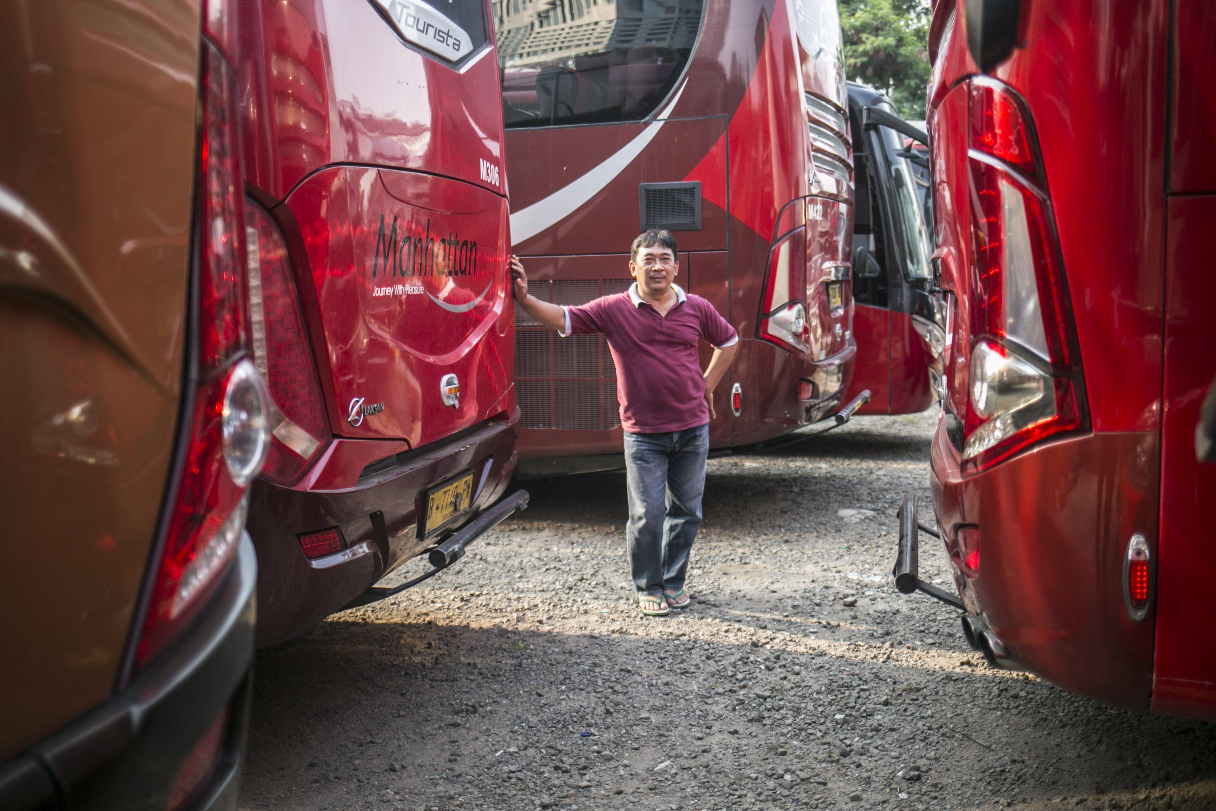 Potret driver bus, Ridwan (45) di salah satu pool bus pariwisata di kawasan Tanjung Barat, Jagakarsa, Jakarta, Selasa (28/7/2020). Masih diberlakukannya Pembatasan Sosial Bersekala Besar (PSBB) dan penutupan tempat rekreasi akibat Covid-19, berimbas pada jasa transportasi pariwisata. Sejak bulan Maret pengelola mengaku mengalami penurunan pendapatan dan penyewaan bus hingga 80%.