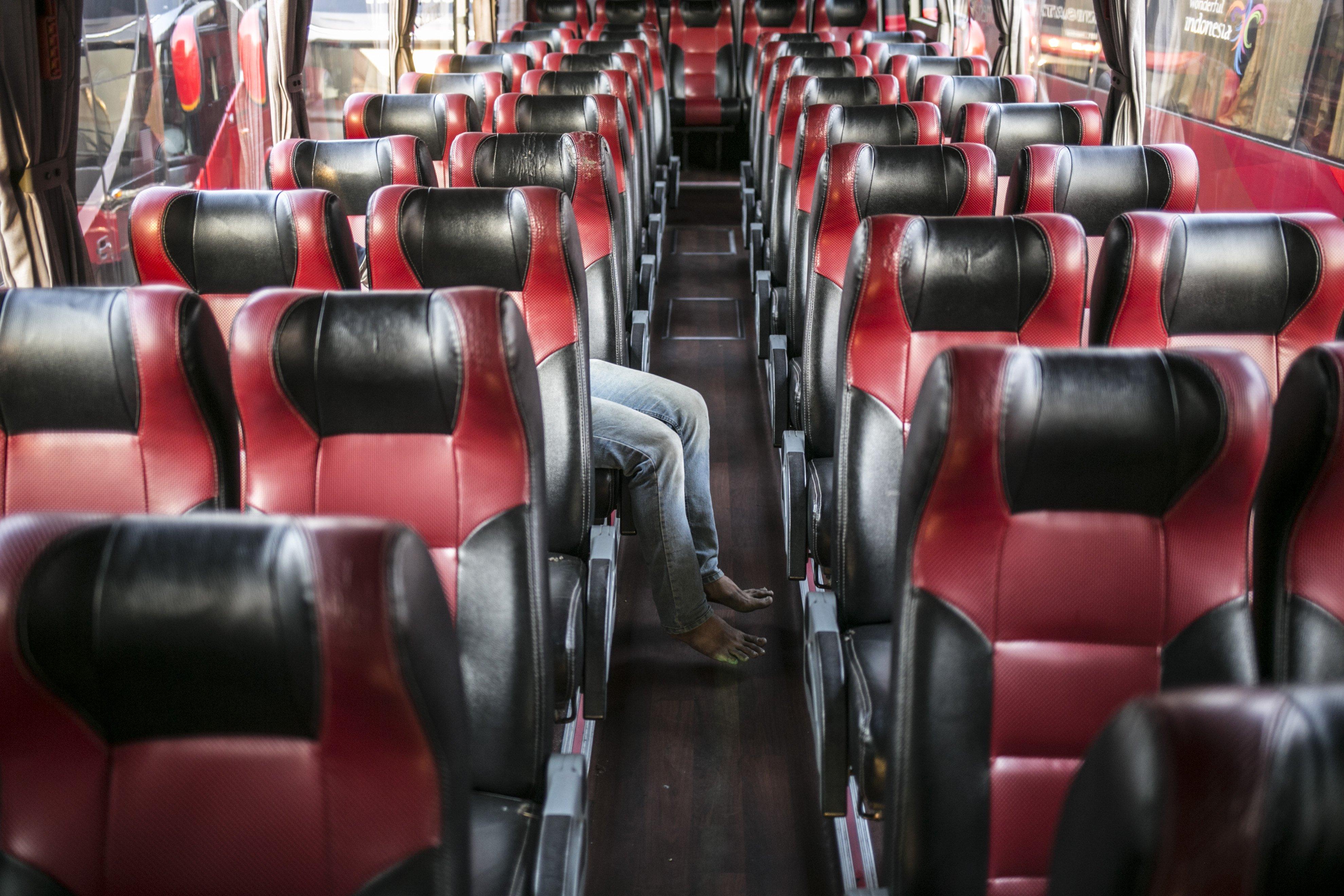 Driver bus beristirahat di salah satu pool bus pariwisata di kawasan Tanjung Barat, Jagakarsa, Jakarta, Selasa (28/7/2020). Masih diberlakukannya Pembatasan Sosial Bersekala Besar (PSBB) dan penutupan tempat rekreasi akibat Covid-19, berimbas pada jasa transportasi pariwisata. Sejak bulan Maret pengelola mengaku mengalami penurunan pendapatan dan penyewaan bus hingga 80%.