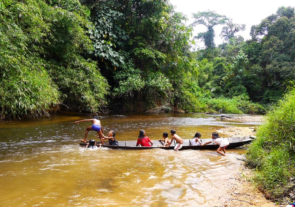 Anak-anak masyarakat adat Dayak Iban tengah bermain di Sungai Utik