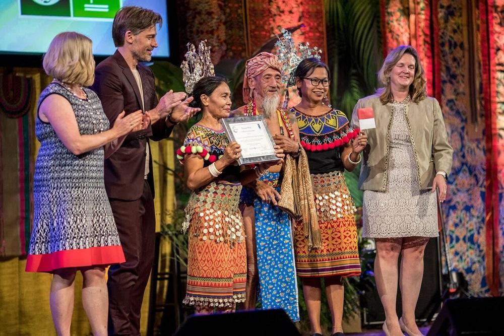 Apai Janggut mewakiili masyarakat Dayak Iban menerima Equatorial Prize dari UNDP di New York pada September 2019