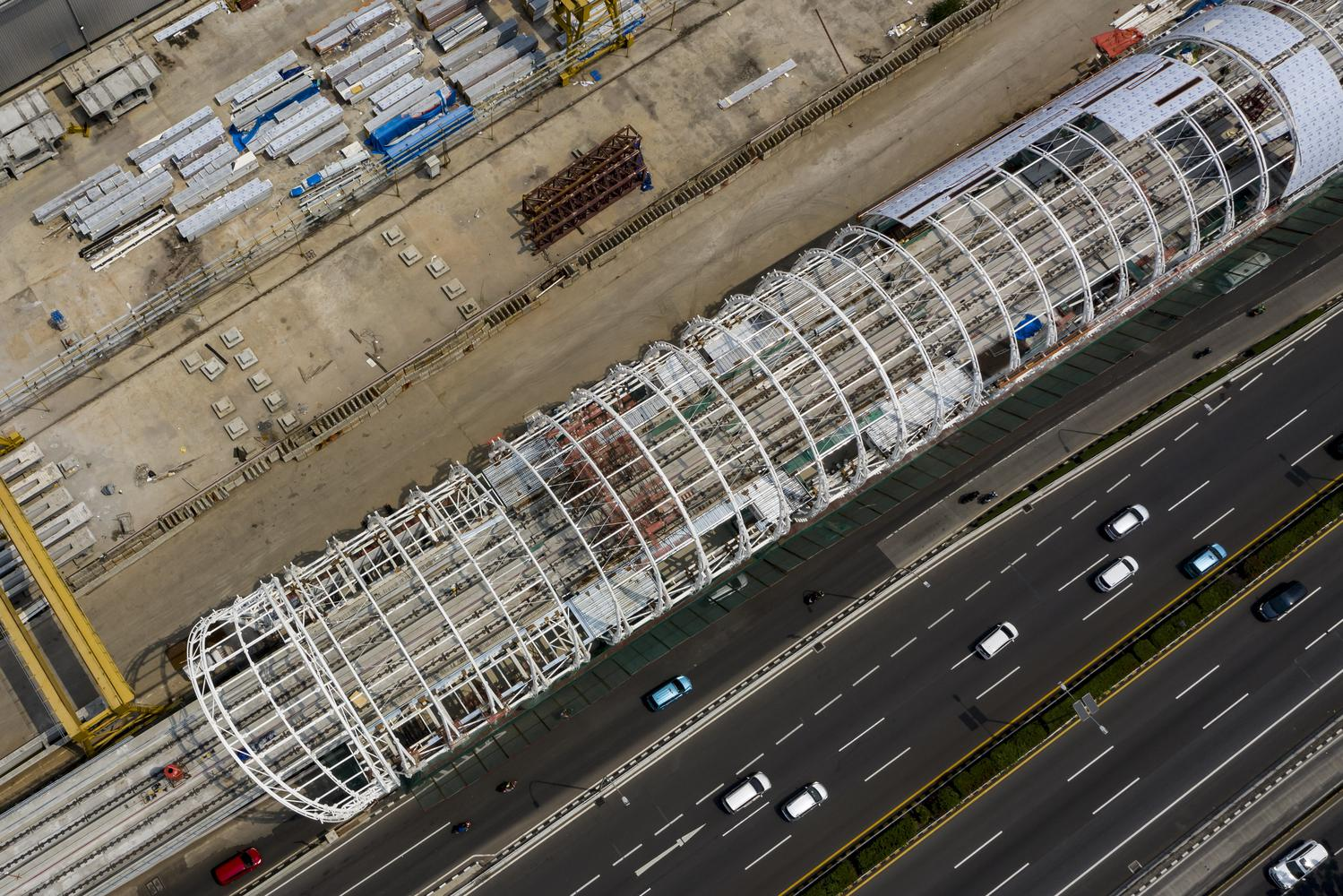 Foto udara pembangunan jalur LRT Jabodebek di kawasan Pancoran, Jakarta, Minggu (2/8/2020). Perkembangan pembangunan jalur kereta api ringan atau LRT Jabodebek Lintas Pelayanan II, Cawang-Kuningan-Dukuh atas kini telah mencapai 65,9 persen, sedangkan pelayanan Cawang-Cibubur sudah sampai 87,34 persen. Seluruh lintasan itu ditarget rampung semua pembangunannya pada 2021.