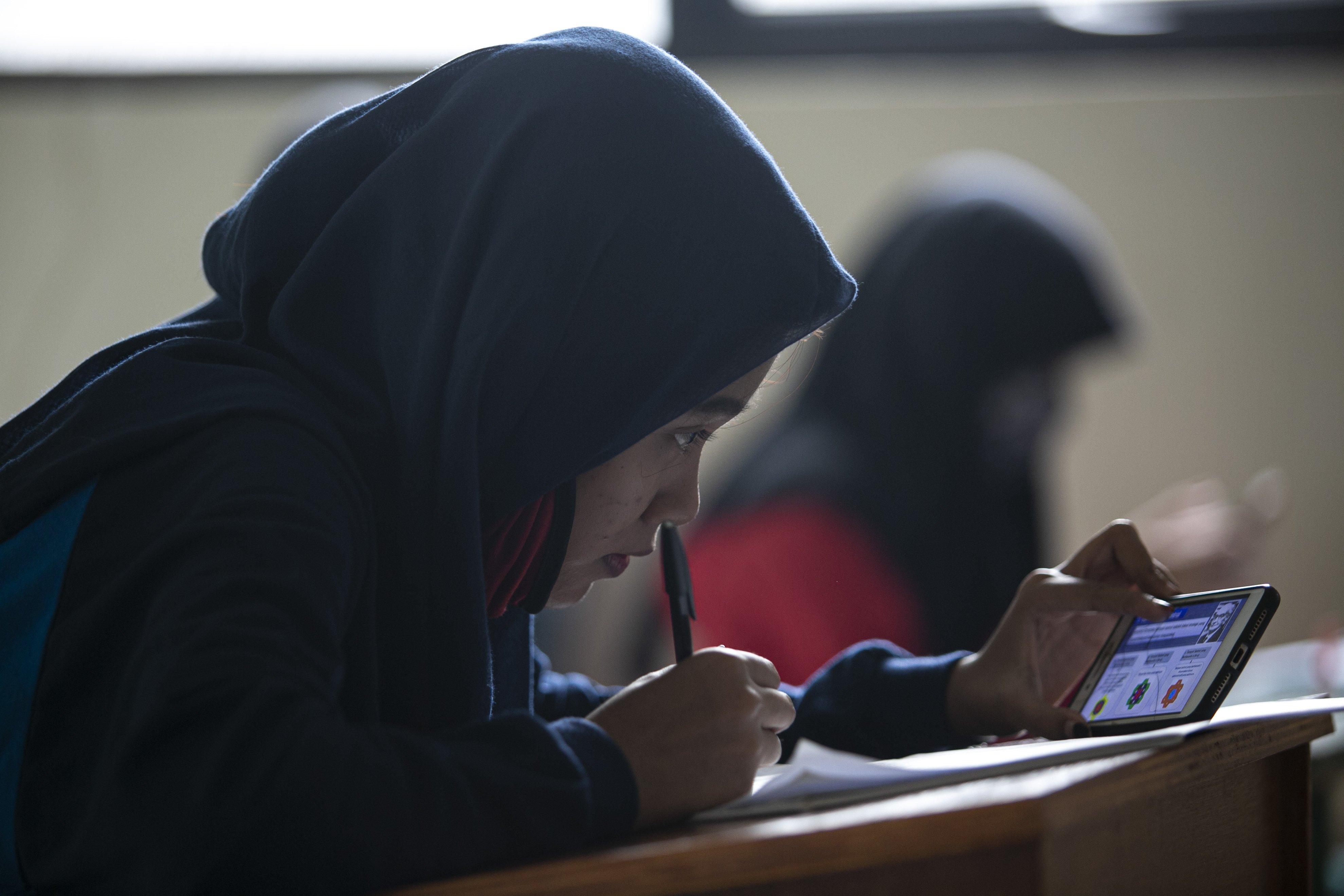Sejumlah siswa mengikuti belajar secara daring di Kelurahan Jatirahayu, Bekasi, Jawa Barat, Selasa (4/8/2020). Kelurahan tersebut menyediakan fasilitas WiFi untuk siswa-siswi sekolah yang terkendala sistem belajar secara daring.