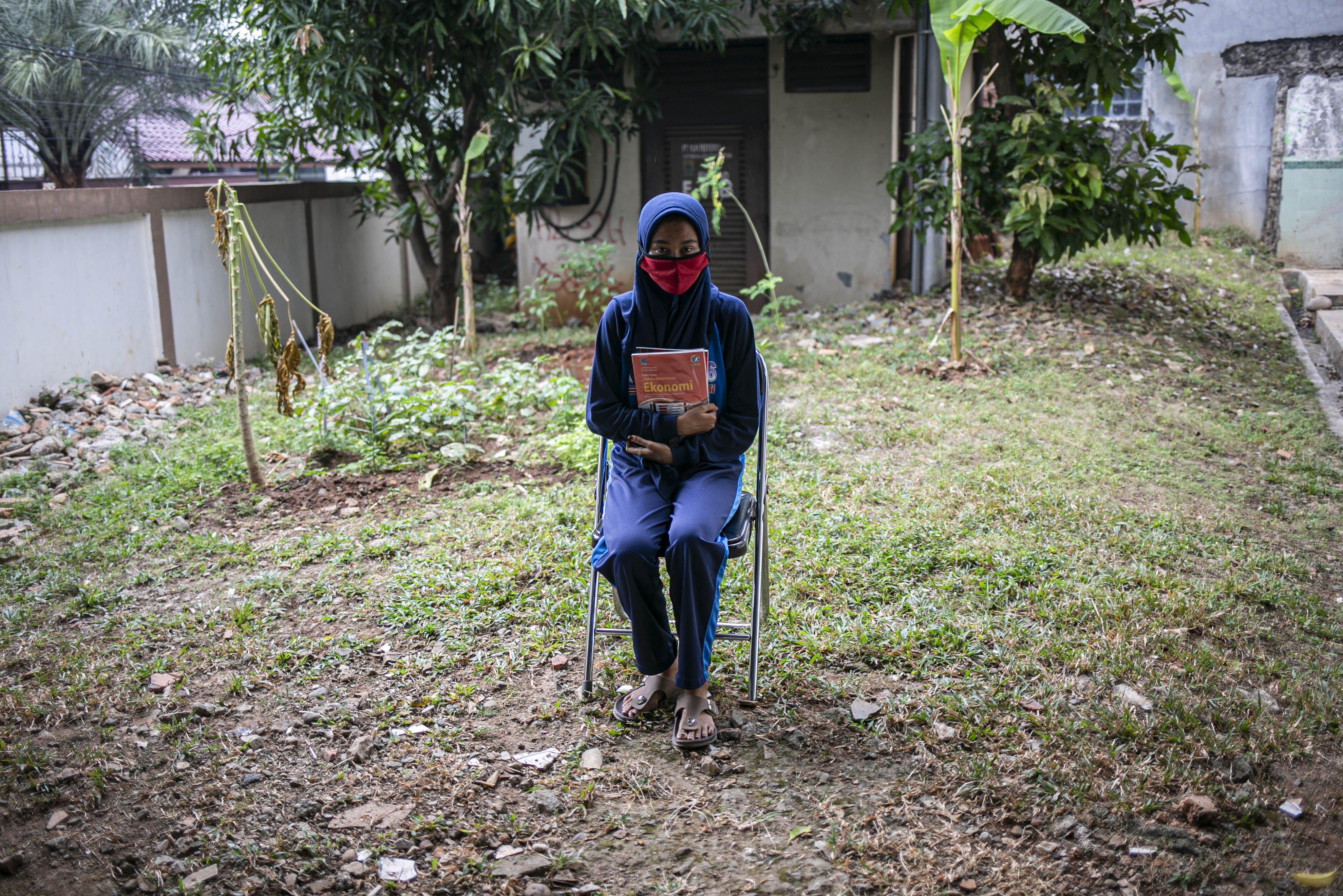 Potrait Nindi (17), Siswa SMAN 16 Bekasi sebelum ngikuti belajar secara daring di Kelurahan Jatirahayu, Bekasi, Jawa Barat, Selasa (4/8/2020). Kelurahan tersebut menyediakan fasilitas WiFi untuk siswa-siswi sekolah yang terkendala sistem belajar secara daring.
