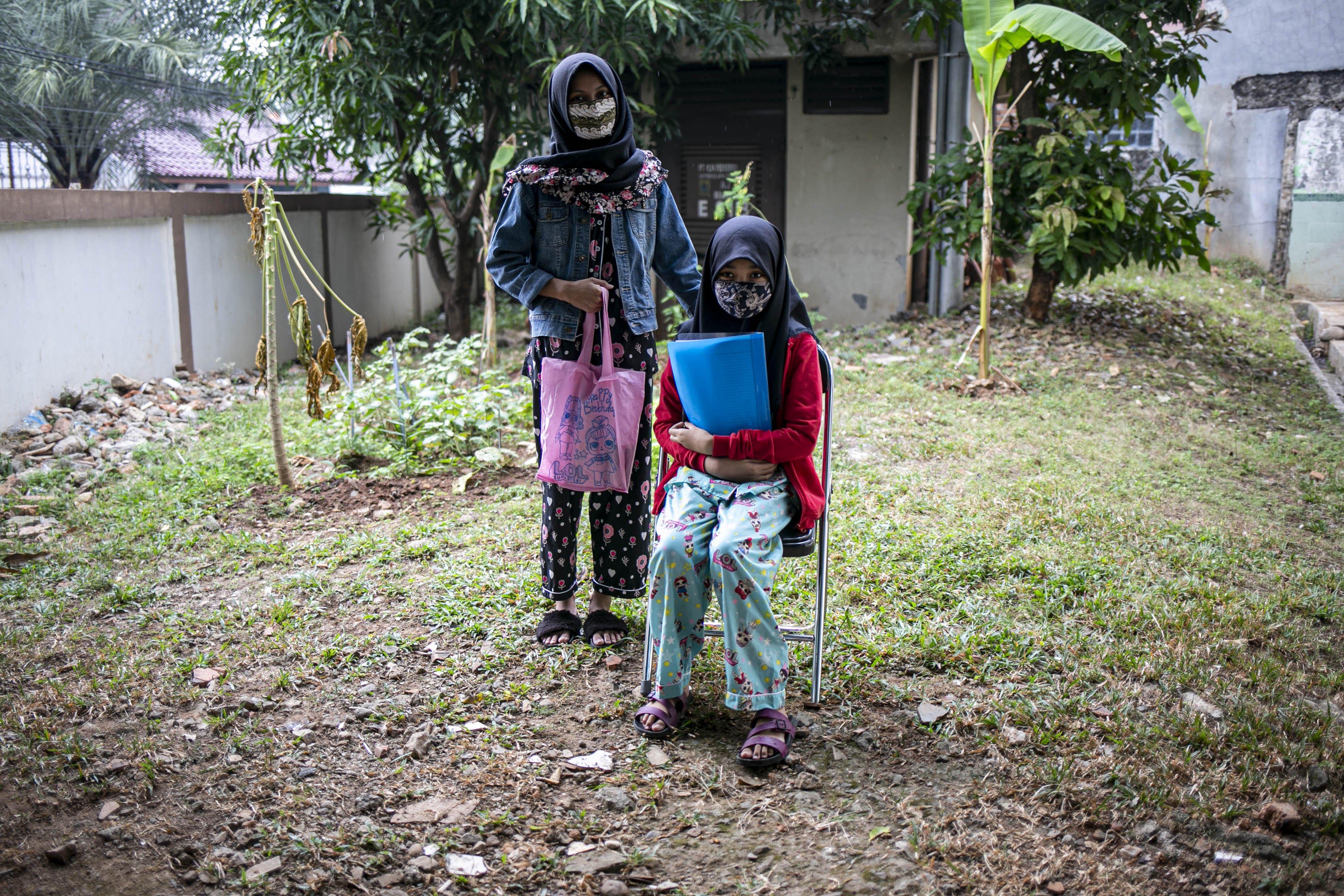 Potrait Anita (13) kakanya Ines, siswi SMPN 35 Bekasi sebelum ngikuti belajar secara daring di Kelurahan Jatirahayu, Bekasi, Jawa Barat, Selasa (4/8/2020). Kelurahan tersebut menyediakan fasilitas WiFi untuk siswa-siswi sekolah yang terkendala sistem belajar secara daring.