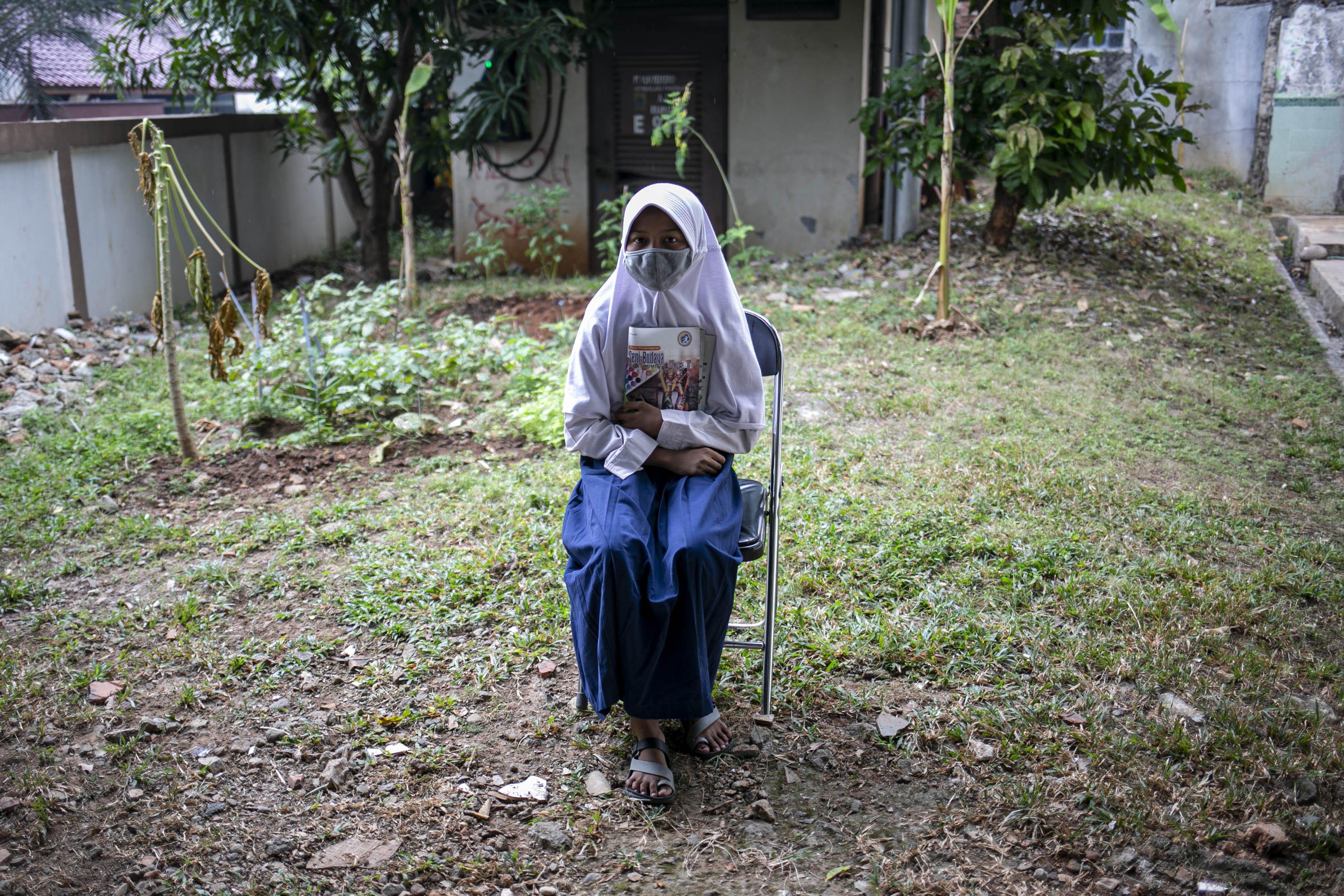 Potrait Raine (13), Siswa SMP PGRI Bekasi sebelum ngikuti belajar secara daring di Kelurahan Jatirahayu, Bekasi, Jawa Barat, Selasa (4/8/2020). Kelurahan tersebut menyediakan fasilitas WiFi untuk siswa-siswi sekolah yang terkendala sistem belajar secara daring.