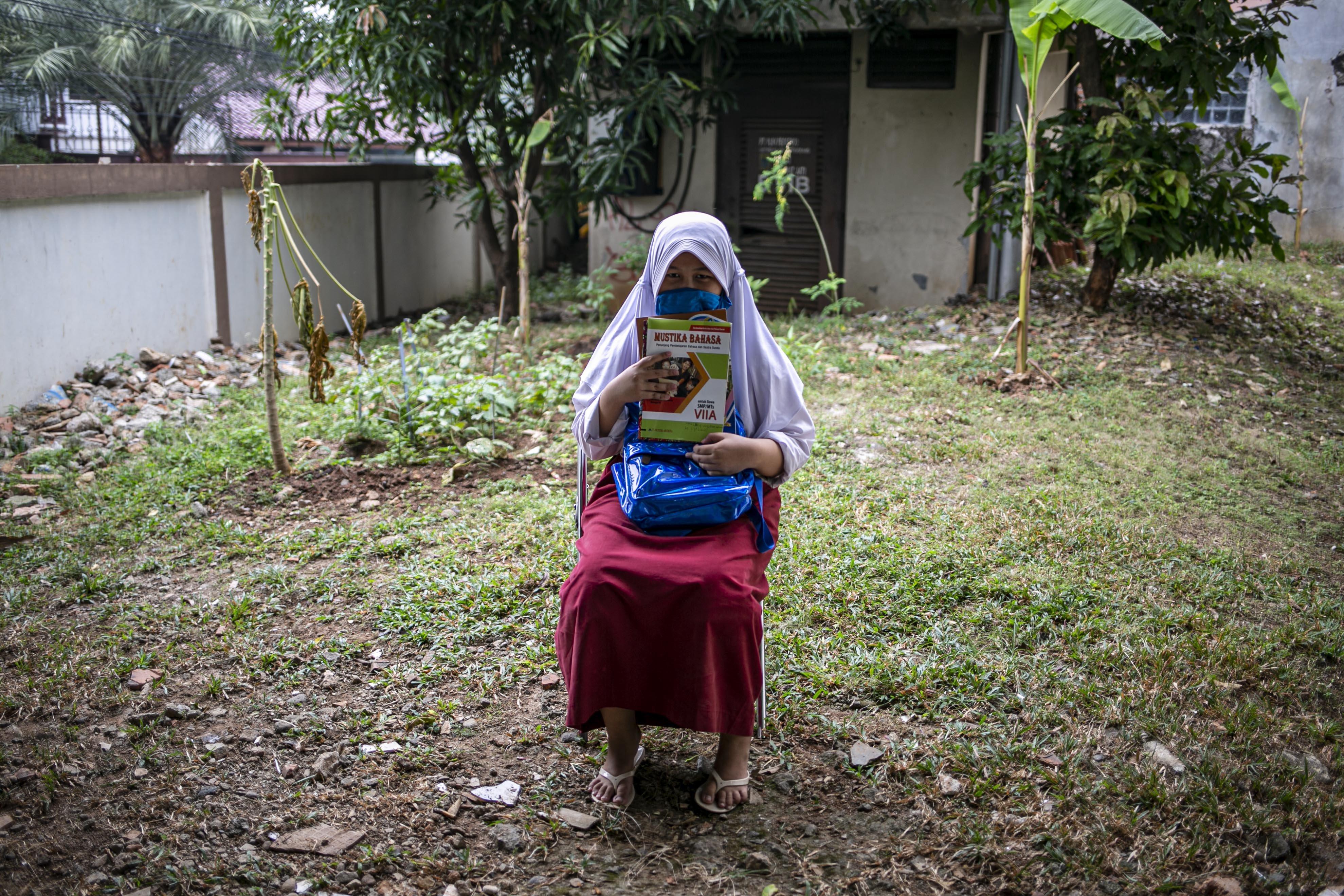 Potrait Afaf Aulia (13), siswi SMP Al-falah Bekasi sebelum ngikuti belajar secara daring di Kelurahan Jatirahayu, Bekasi, Jawa Barat, Selasa (4/8/2020). Kelurahan tersebut menyediakan fasilitas WiFi untuk siswa-siswi sekolah yang terkendala sistem belajar secara daring.