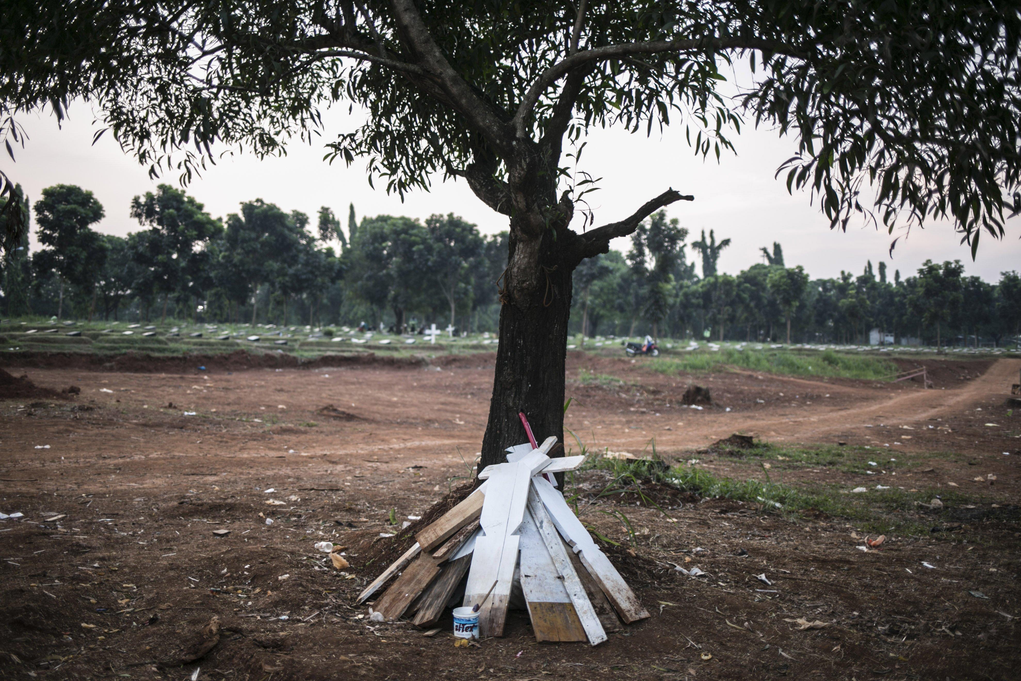 Nisan untuk memakamkan jenazah covid-19 di TPU Pondok Rangon, Jakarta, Kamis (16/7/2020).